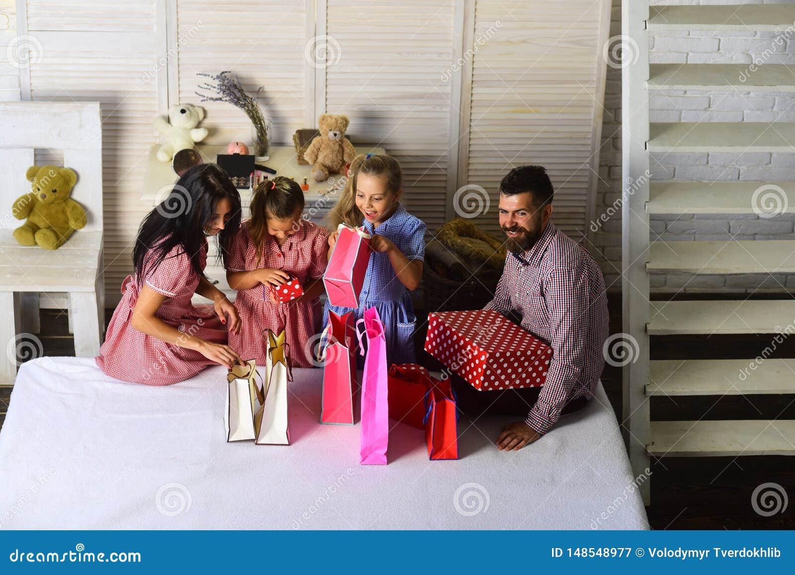 Matka, ojciec i c?rki z, torba na zakupy i paczkami
