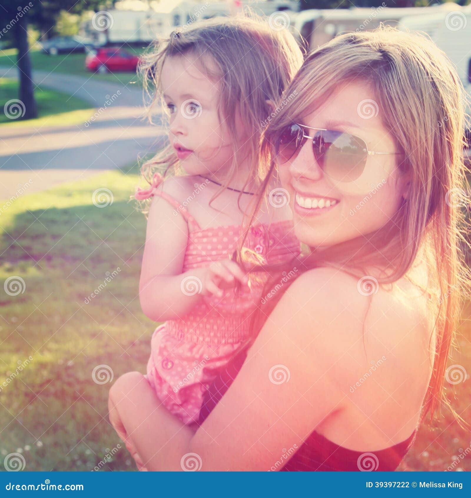 Matka outdoors i mała dziewczynka