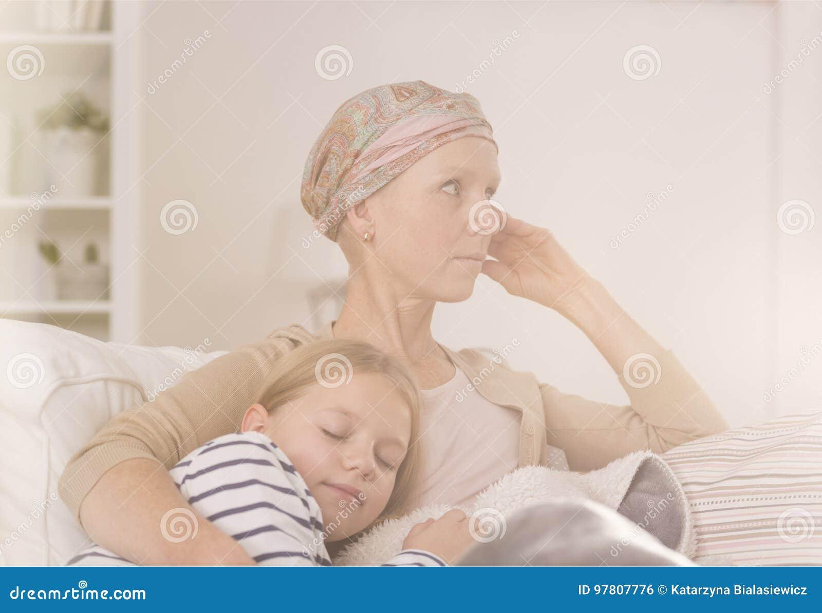 Matka po chemoterapii obejmowania dziecka