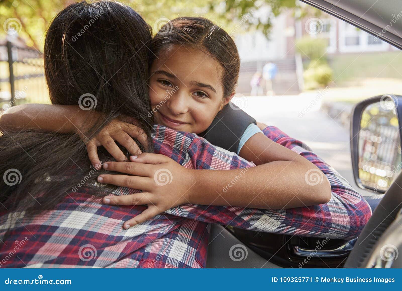 Matka W Samochodowy Opuszczać Z córki Przed Szkolnymi bramami