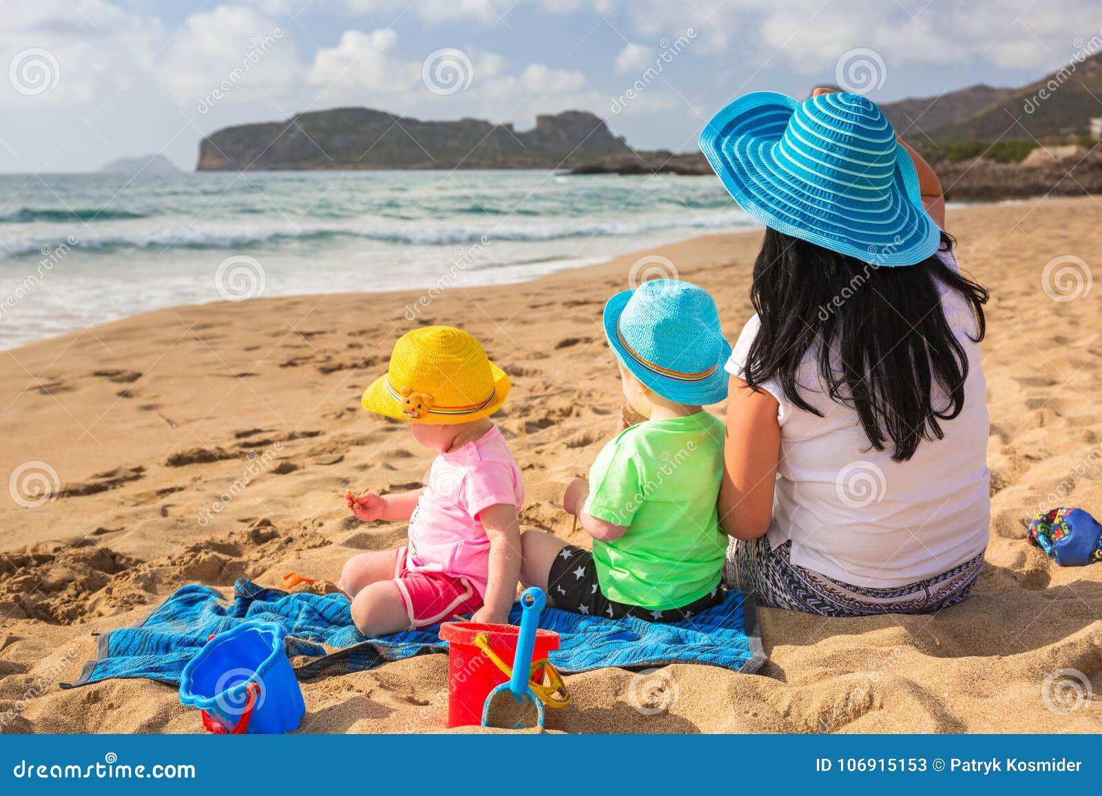 Matka z bliźniakami na słońce wakacjach