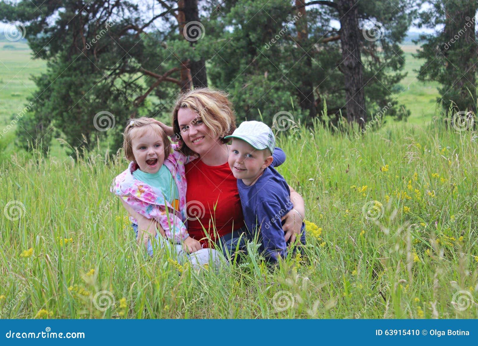 Matka z dziećmi na naturze