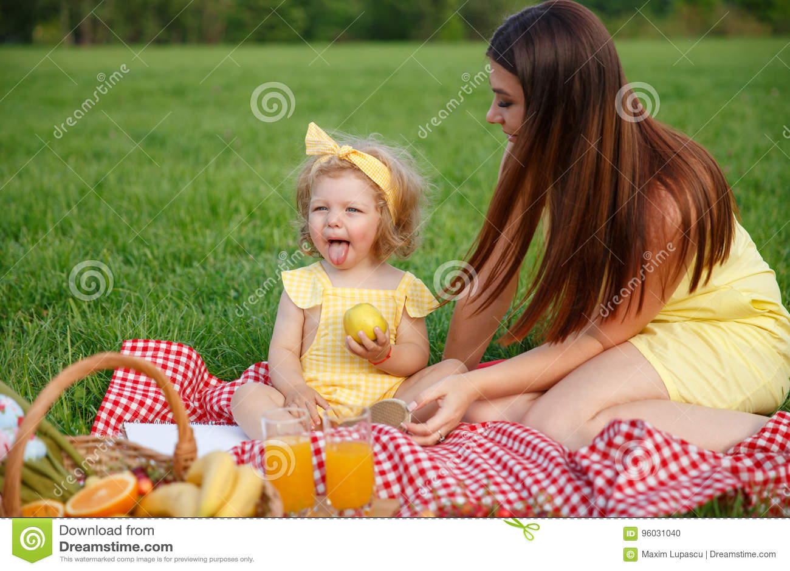 Matki i córki obsiadanie na koc w parku