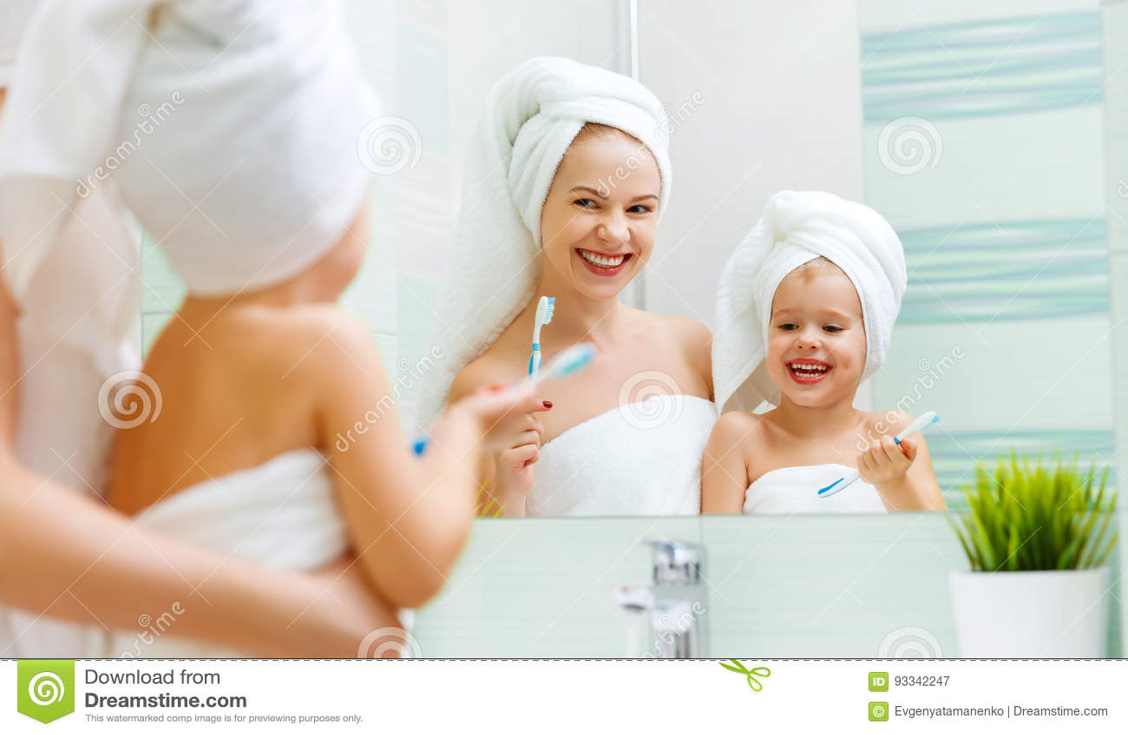 Matki i dziecka córka szczotkuje ich zęby z toothbrush