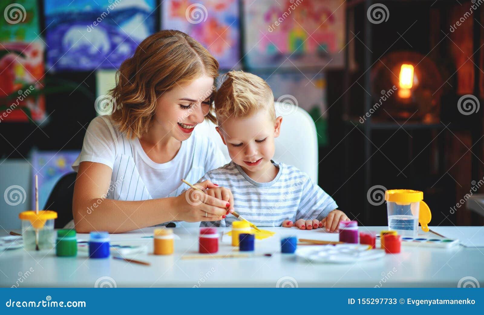 Matki i dziecka syna obrazu remisy w twórczości w dziecinu matki i dziecka syna obrazu remisy angażują w twórczości