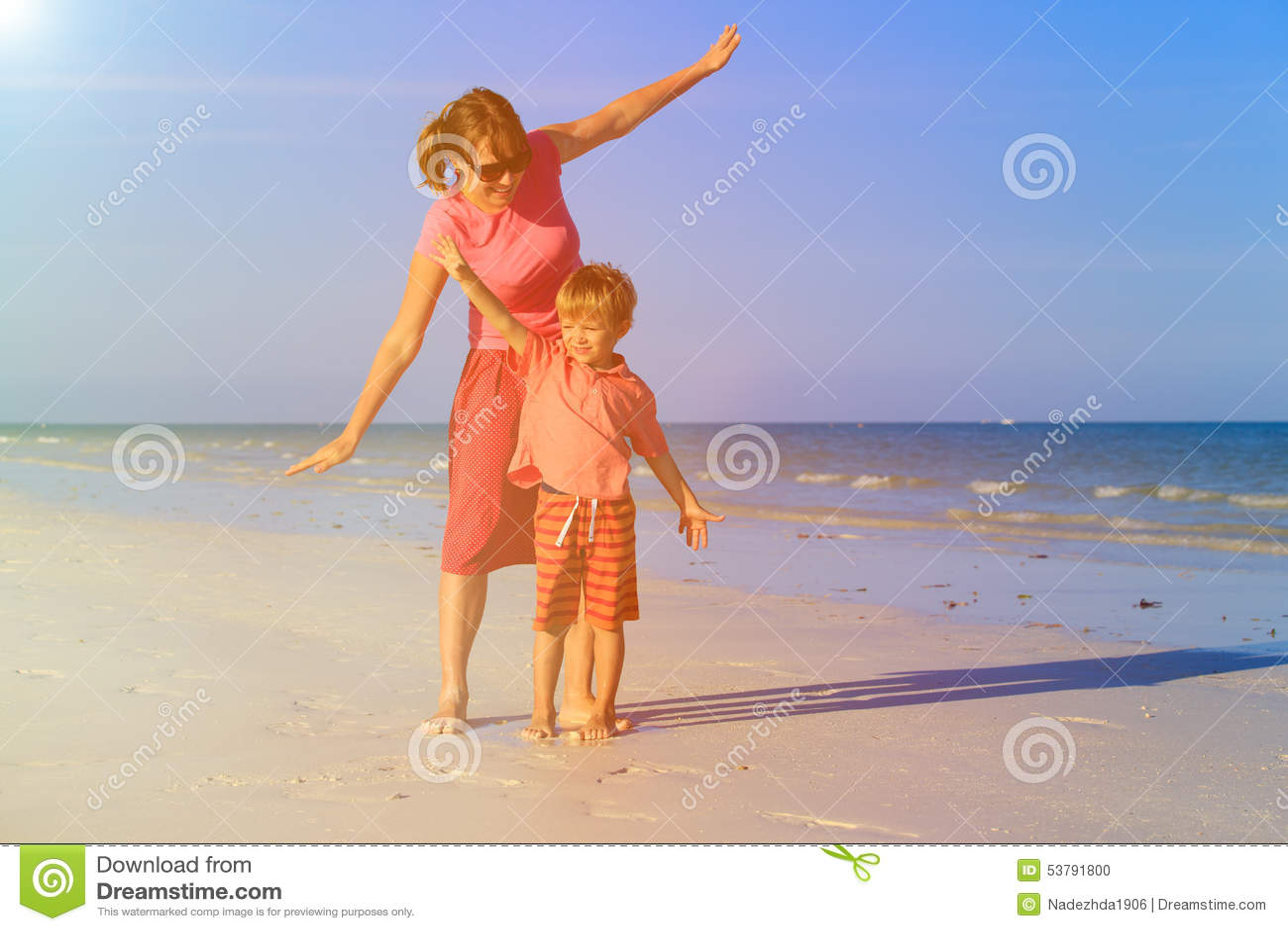 Matki i syna latanie na plaży