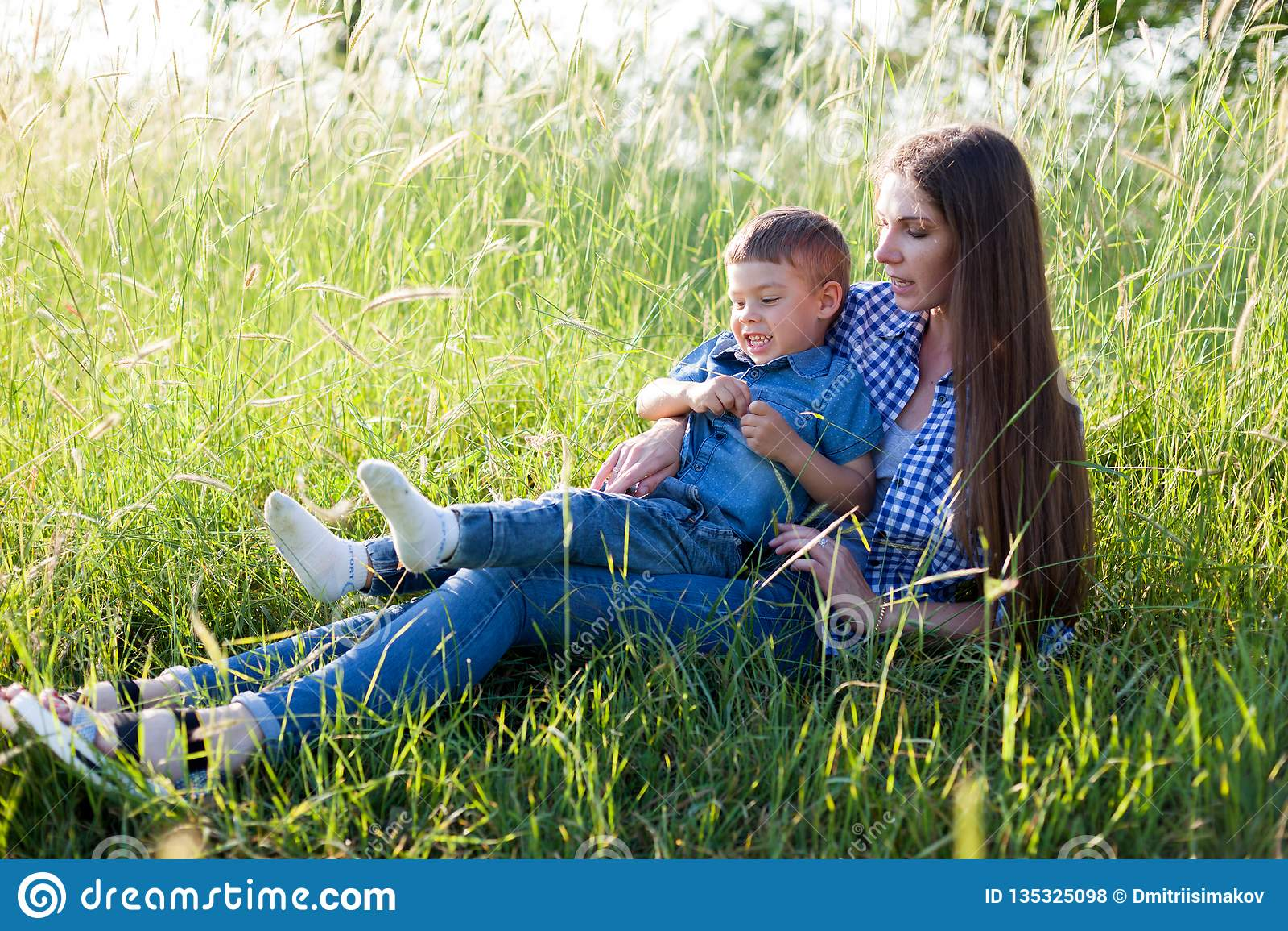 Matki i syna portret przeciw zielonym drzewom rodzinnym
