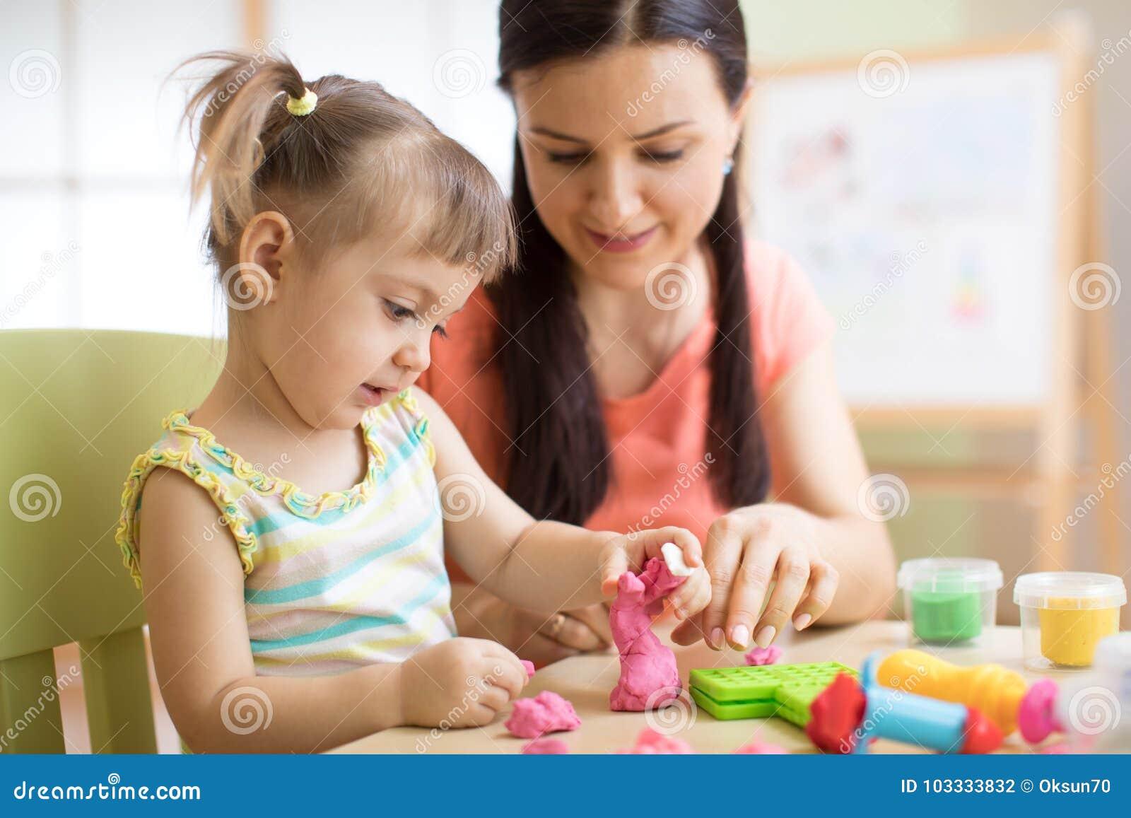 Matkuje córki pleśniejącej od wpólnie w domu, żartuje i Pojęcie preschool lub domowa edukacja