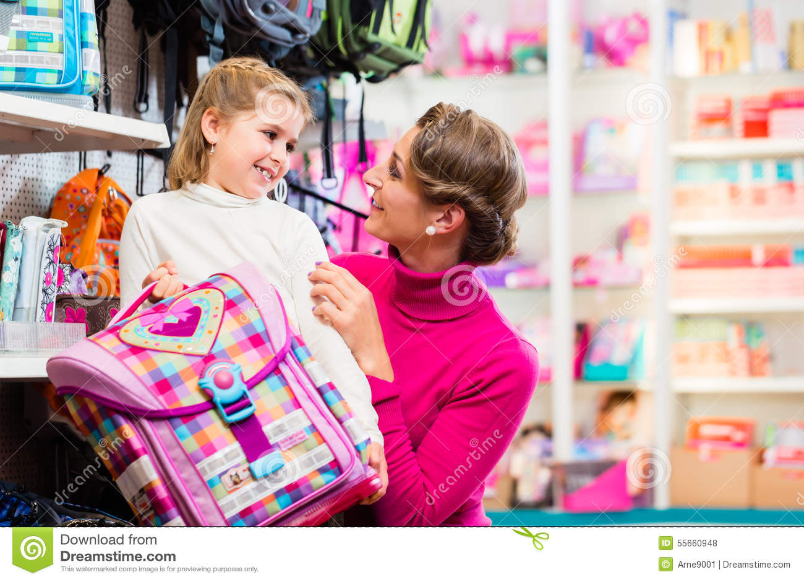 Matkuje kupienia szkolnego satchel, żartuje i zdojest w sklepie