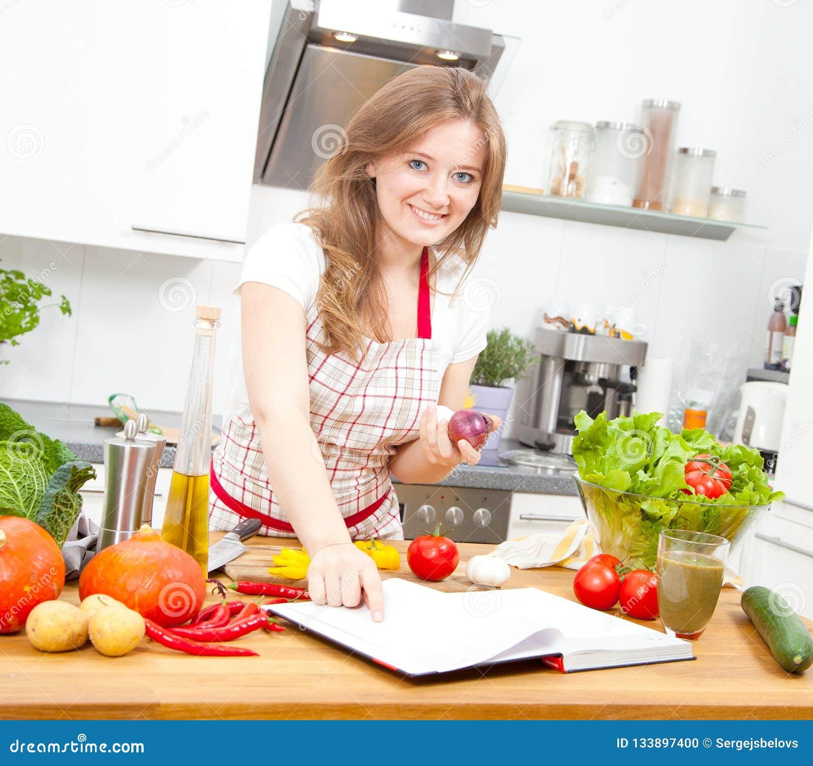 Matlagning för ung kvinna i köket Sund mat - grönsakSal