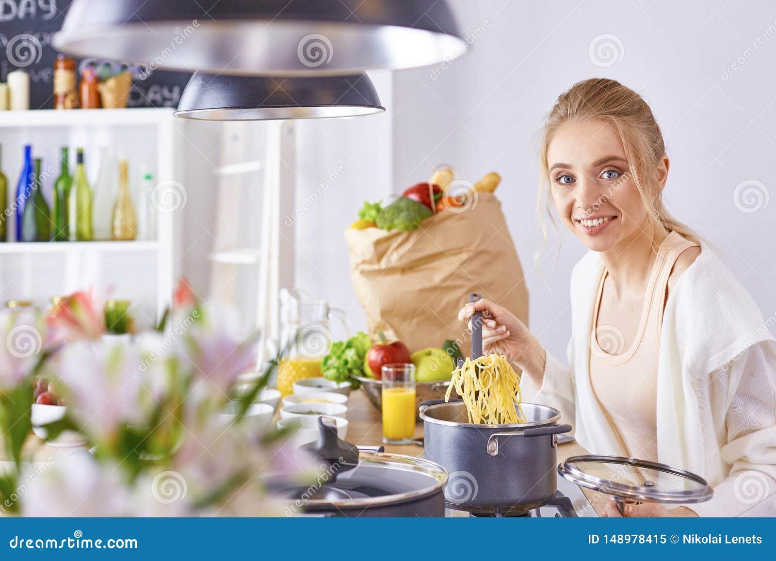 Matlagning f?r ung kvinna i k?ket sund mat