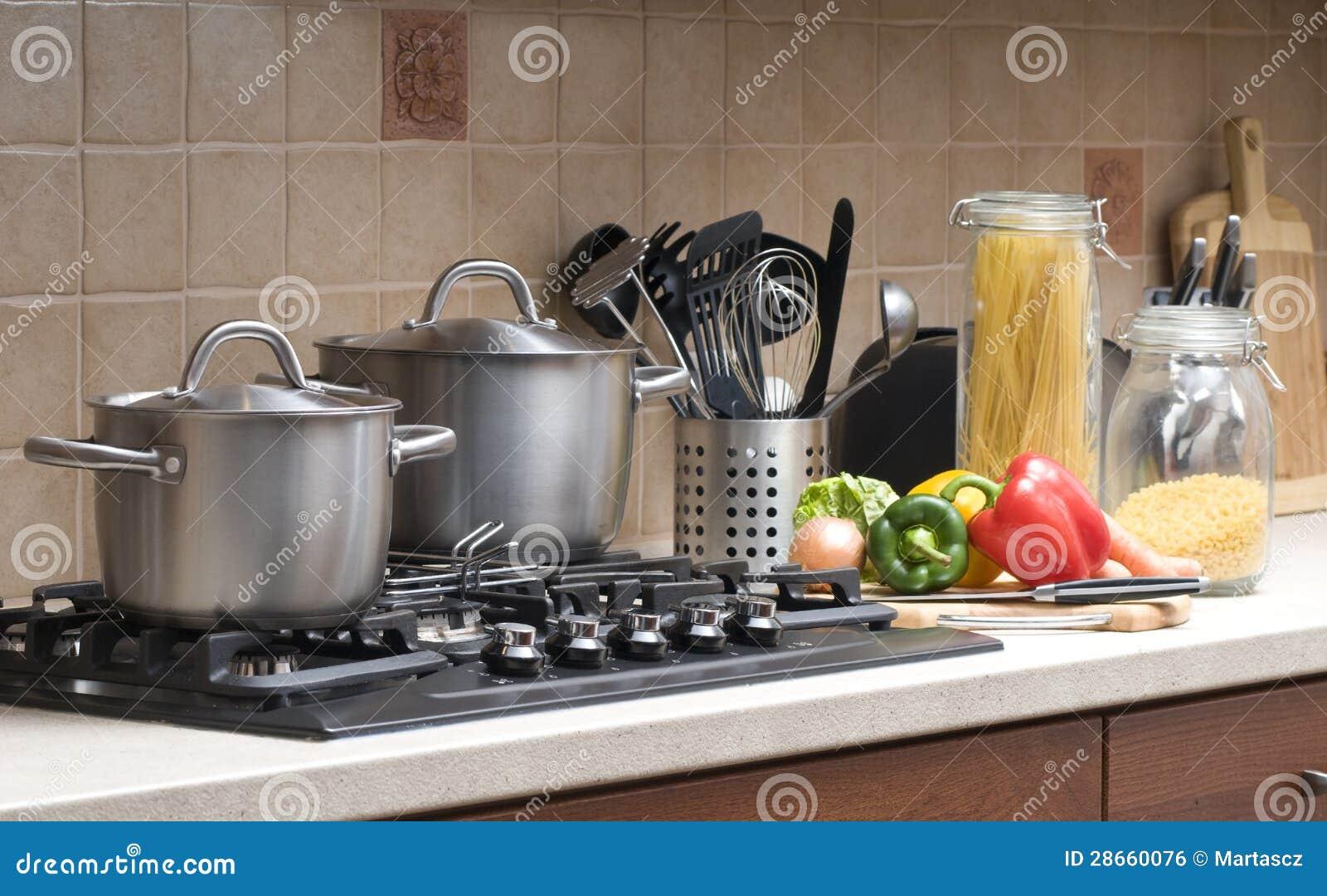 Matlagning i ett kök.
