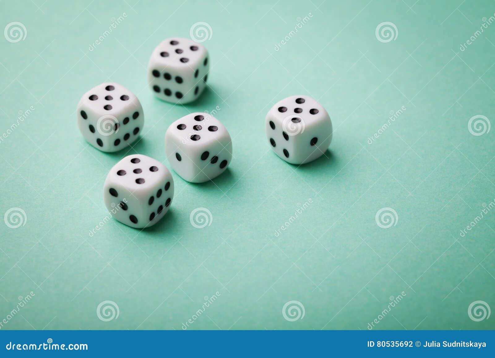 Matrices blanches sur le fond vert Dispositifs de jeu Copiez l espace pour le texte Tous numéro cinq Jeu de hasard le concept