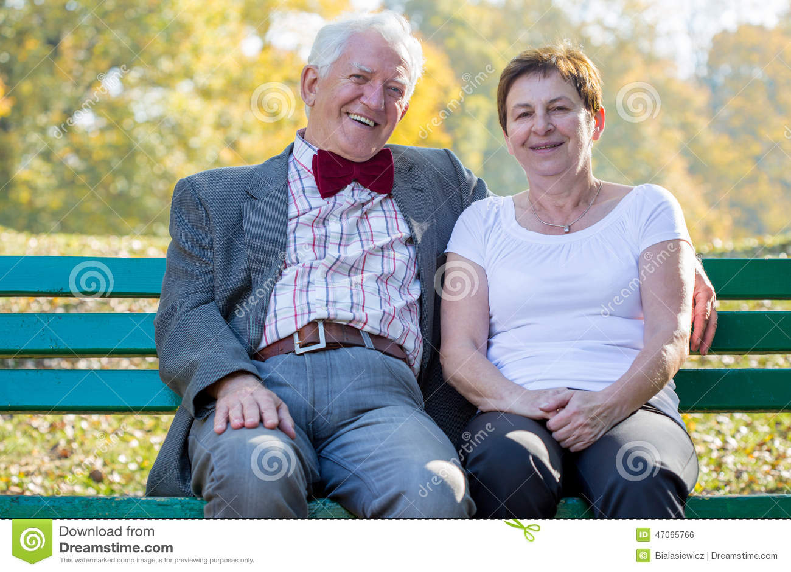 Matrimonio che si siede su un banco