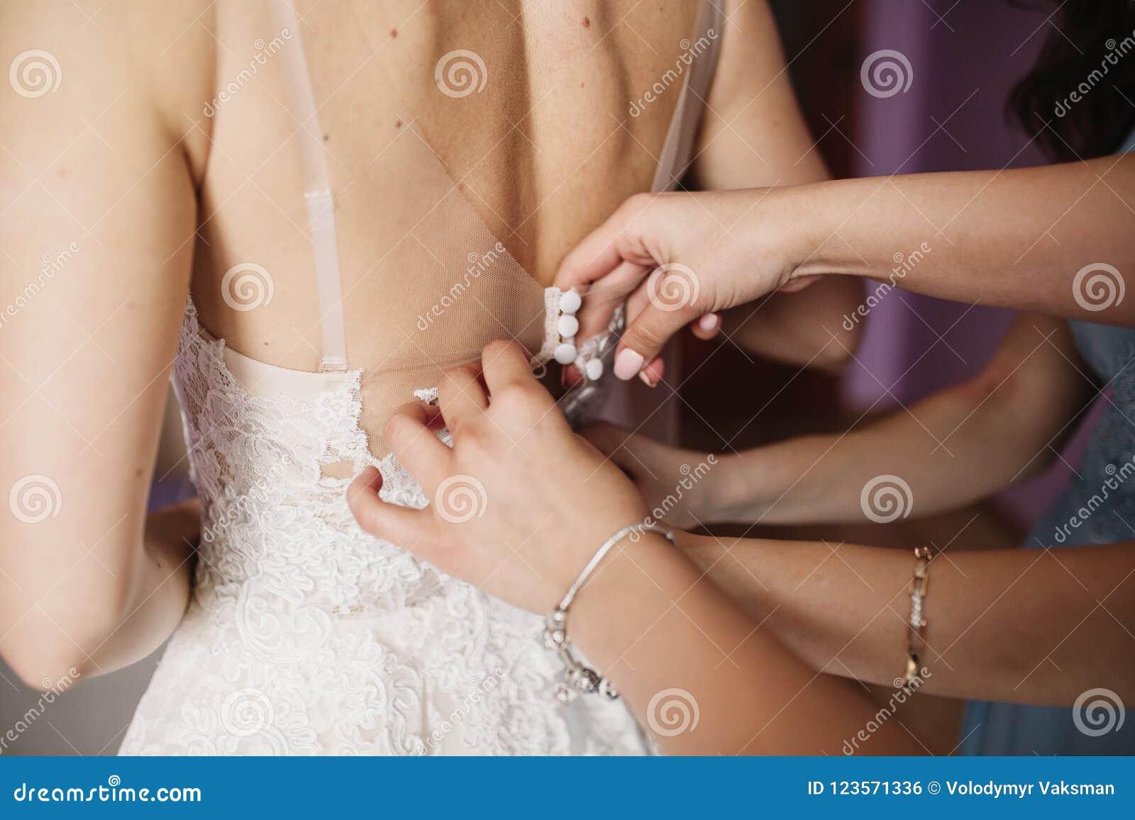 Matrimonio felice e sposa al concetto di giorno delle nozze