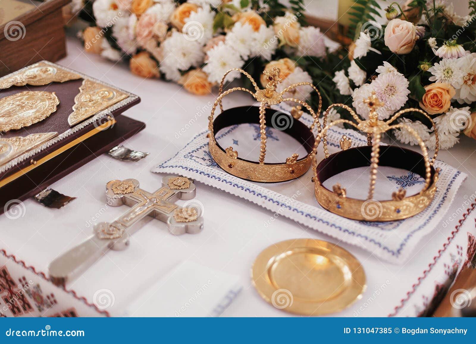 Matrimonio santo en iglesia Coronas, cruz, biblia y velas de oro