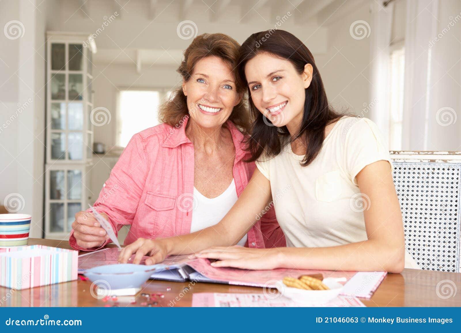 Matriz adulta e filha que scrapbooking
