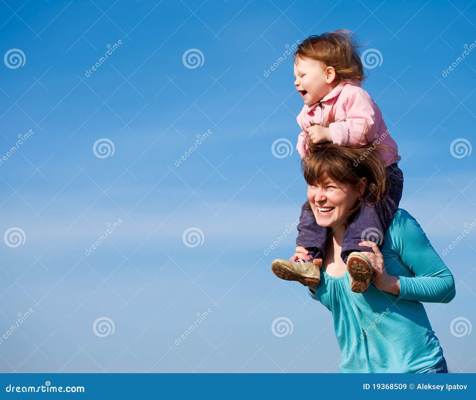 Matriz alegre e bebé curly