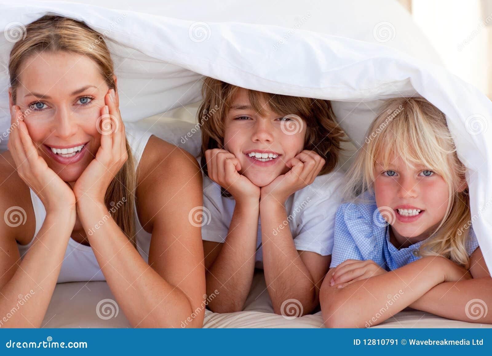 Matriz atrativa que tem o divertimento com suas crianças