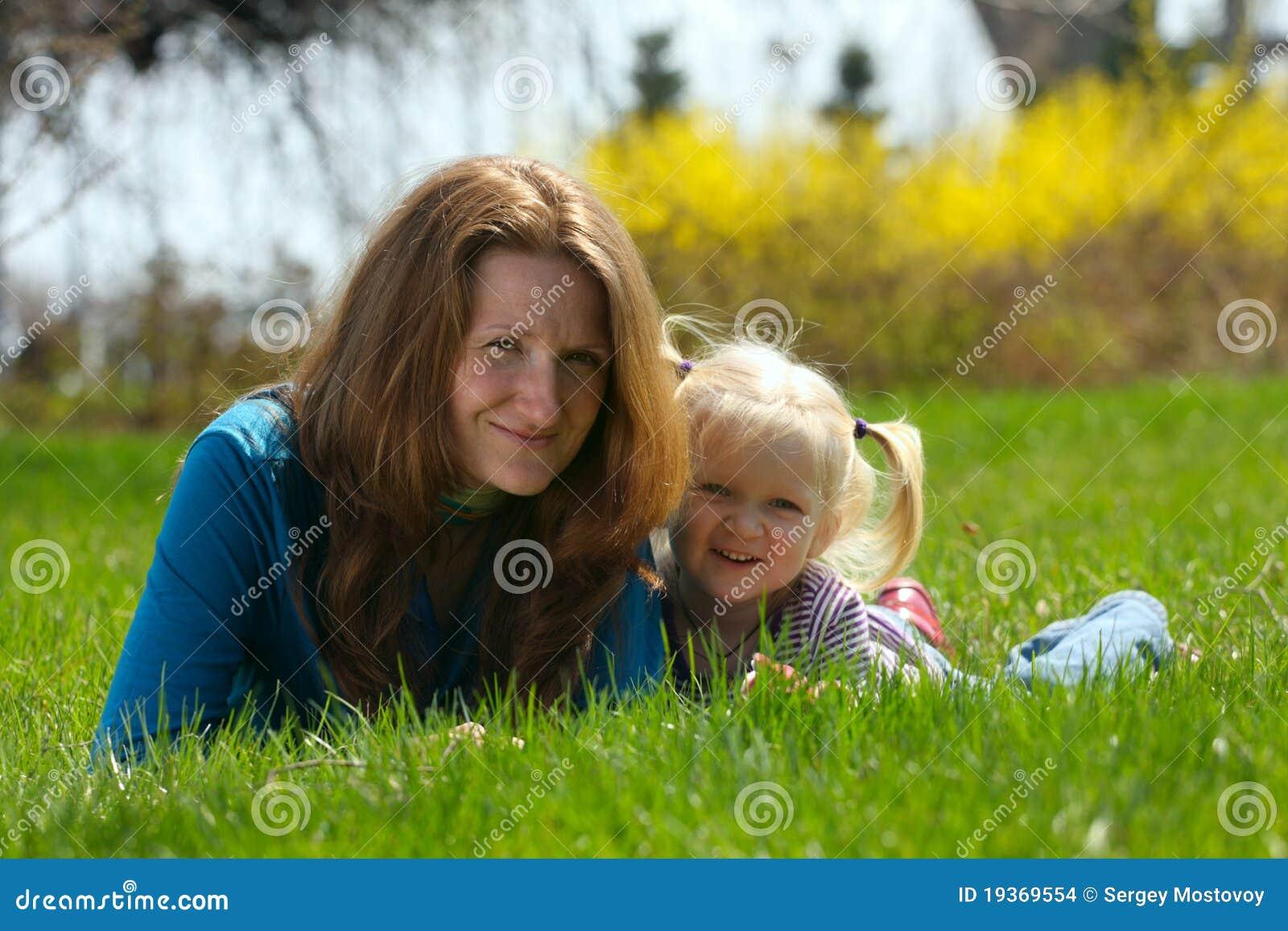 Matriz com criança em uma grama