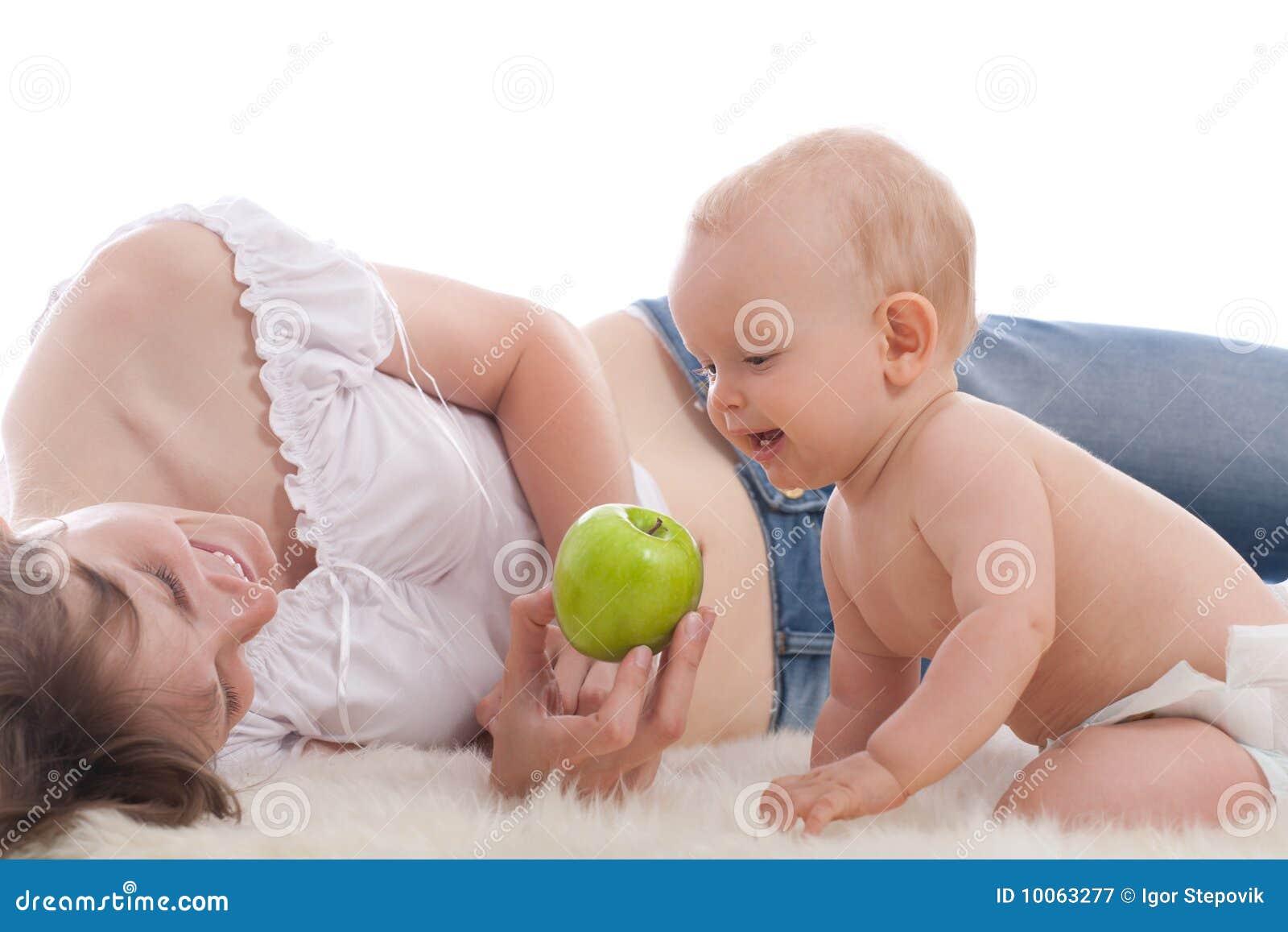 A matriz dá a maçã verde a seu filho