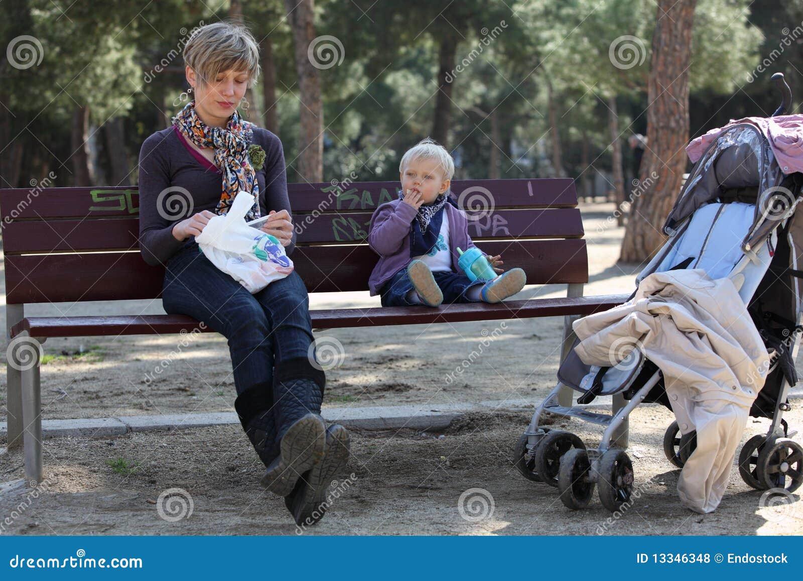 Matriz e bebé no banco no apark