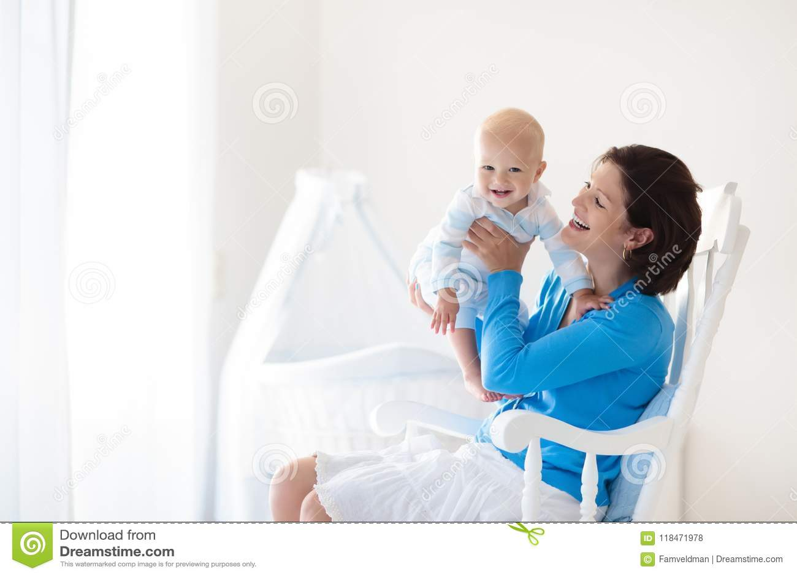 Matriz e bebê em casa Mamã e criança no quarto