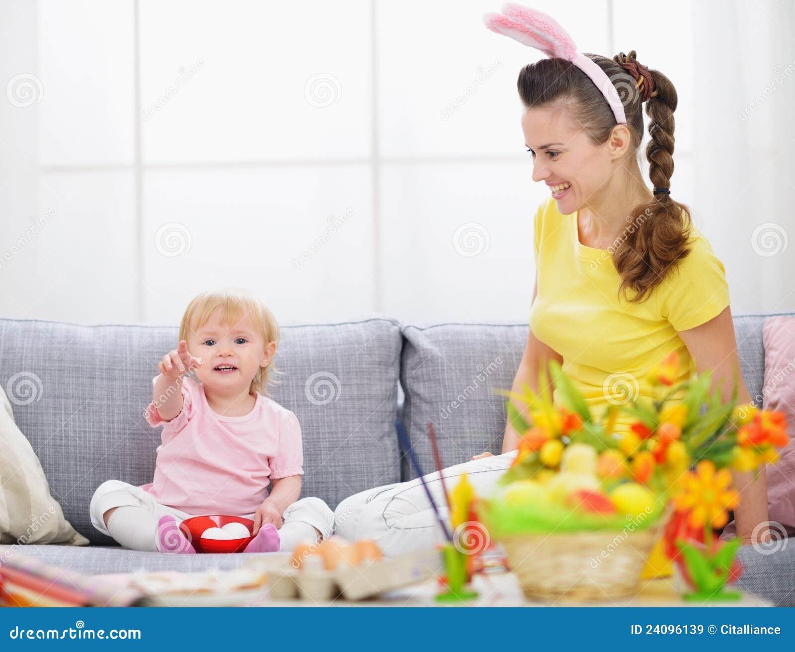 Matriz e bebê que fazem preparações para Easter