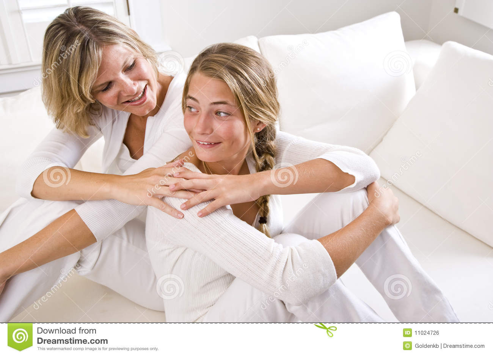 Matriz e filha adolescente que relaxam em casa