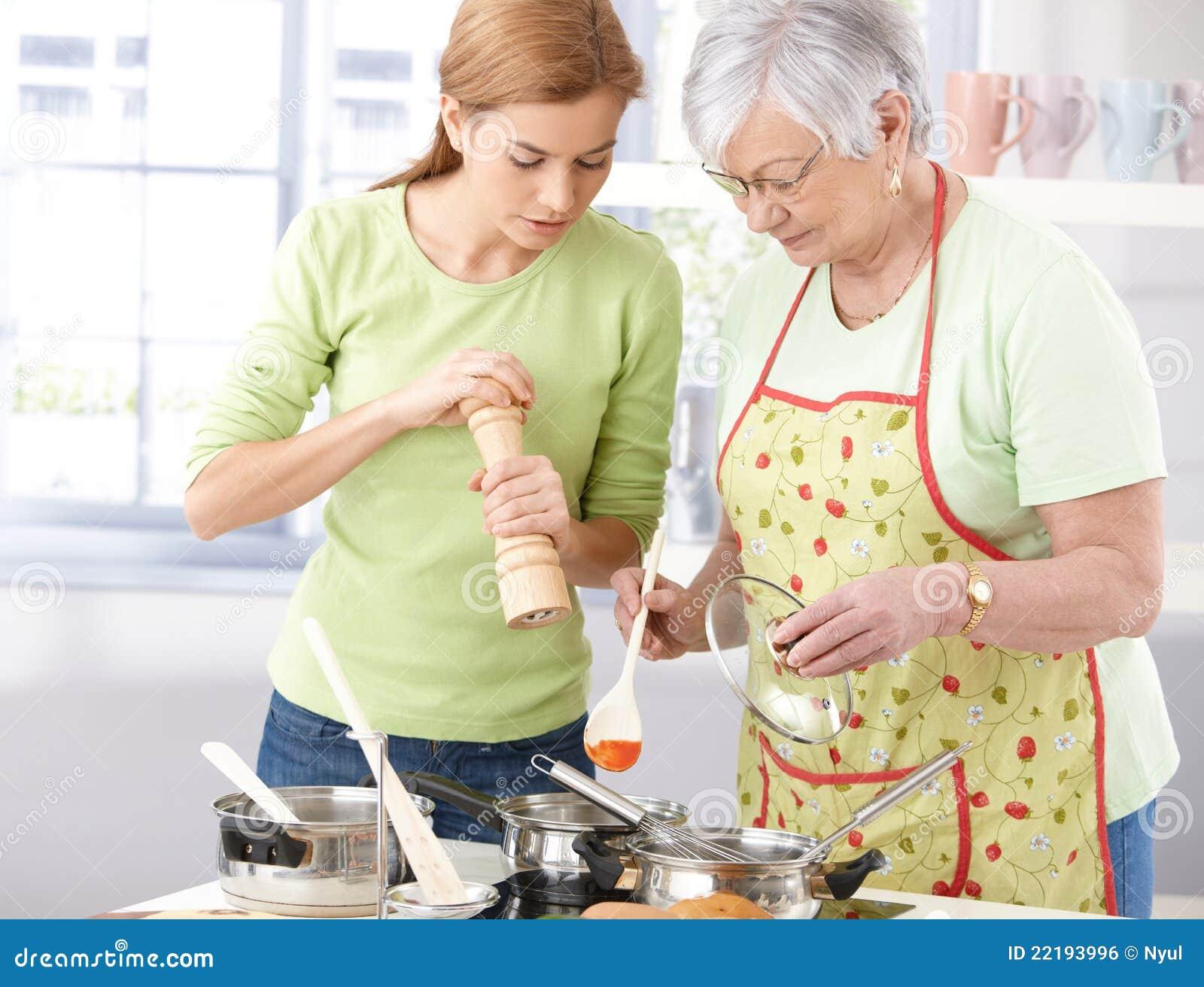 Matriz e filha que cozinham junto