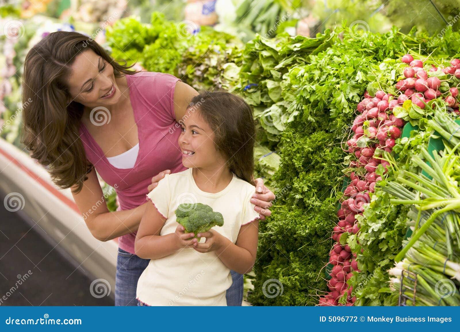 Matriz e filha que escolhem o produto fresco