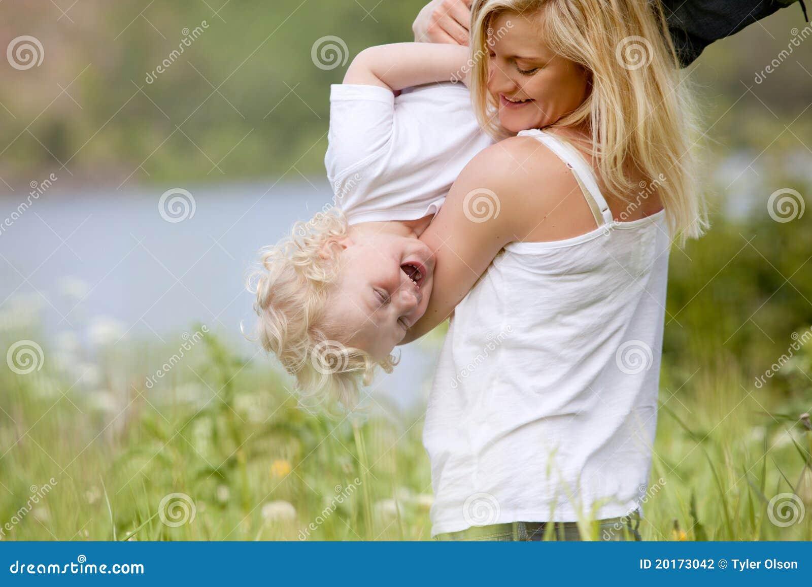 Matriz e filho que jogam no prado