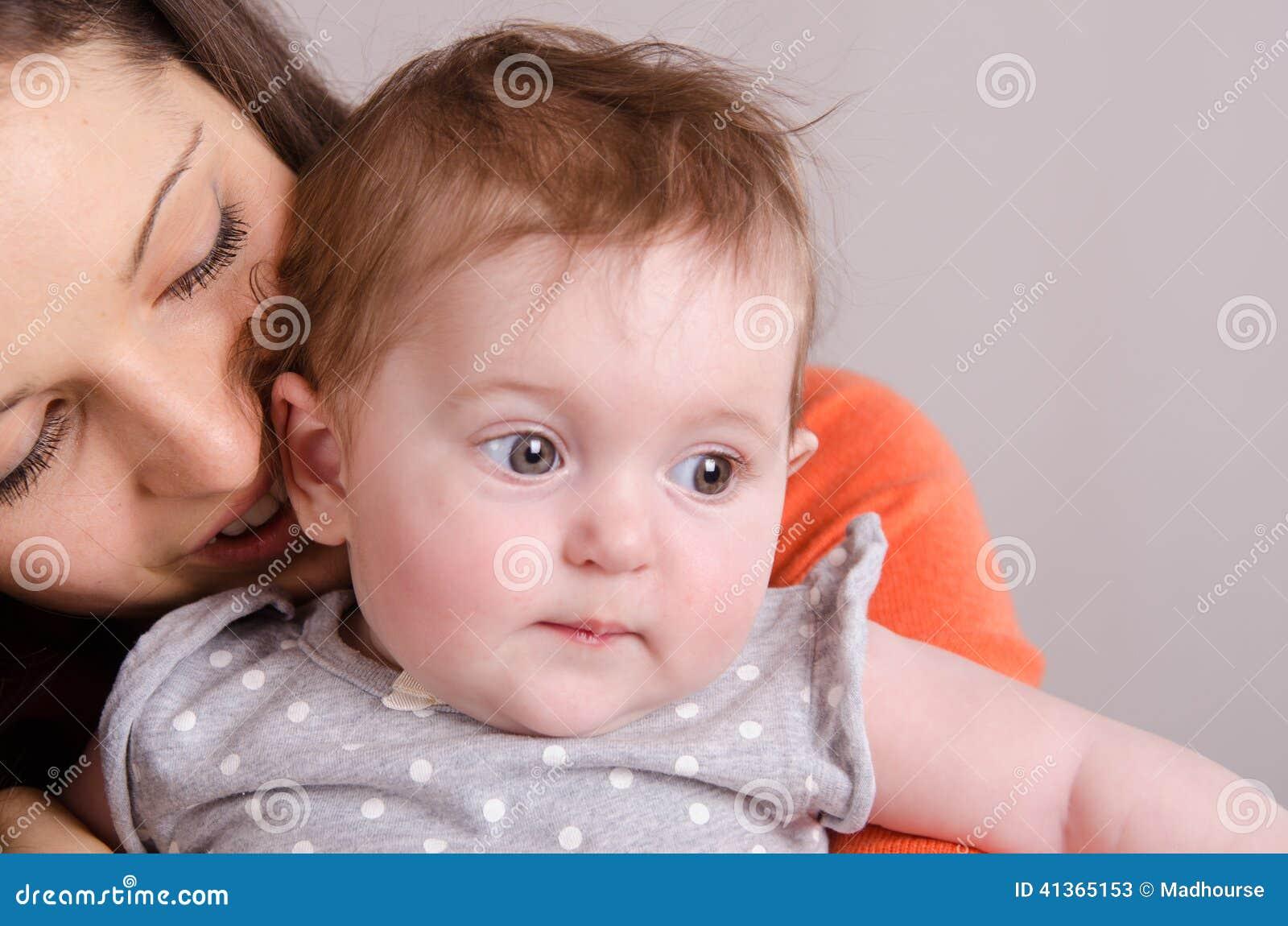 Matriz feliz que abraça sua filha