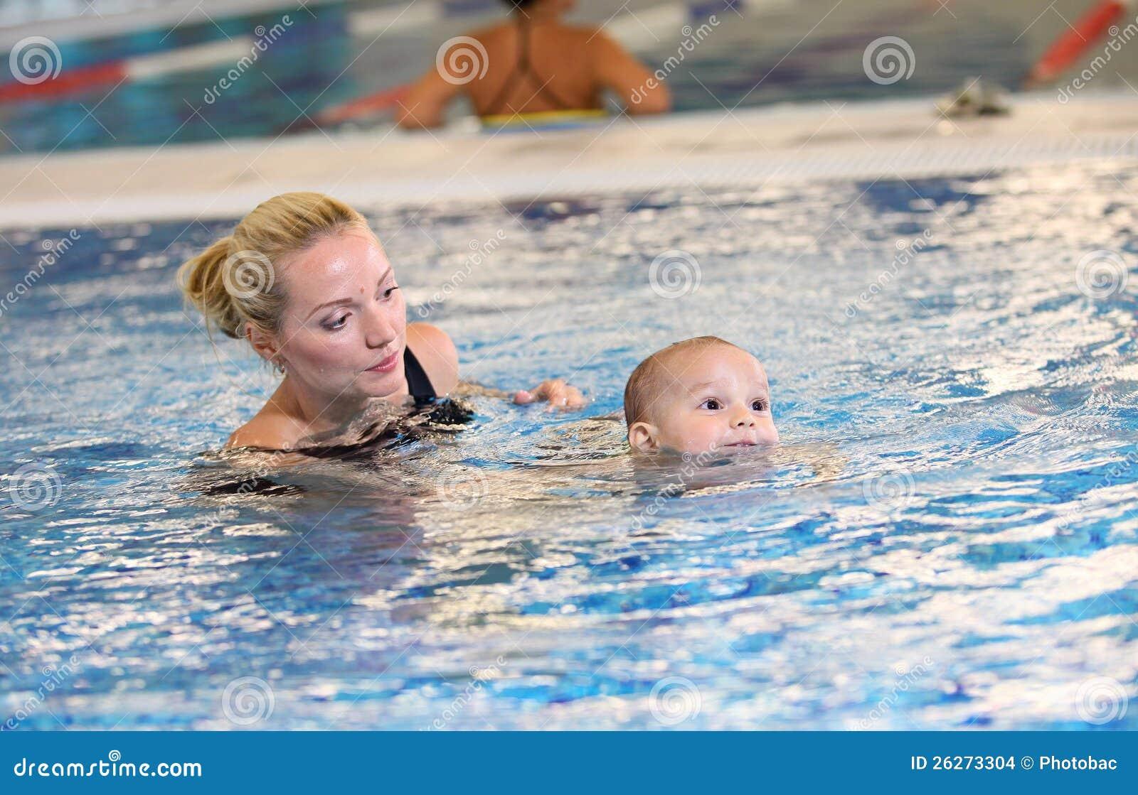 Matriz nova e filho pequeno em uma piscina