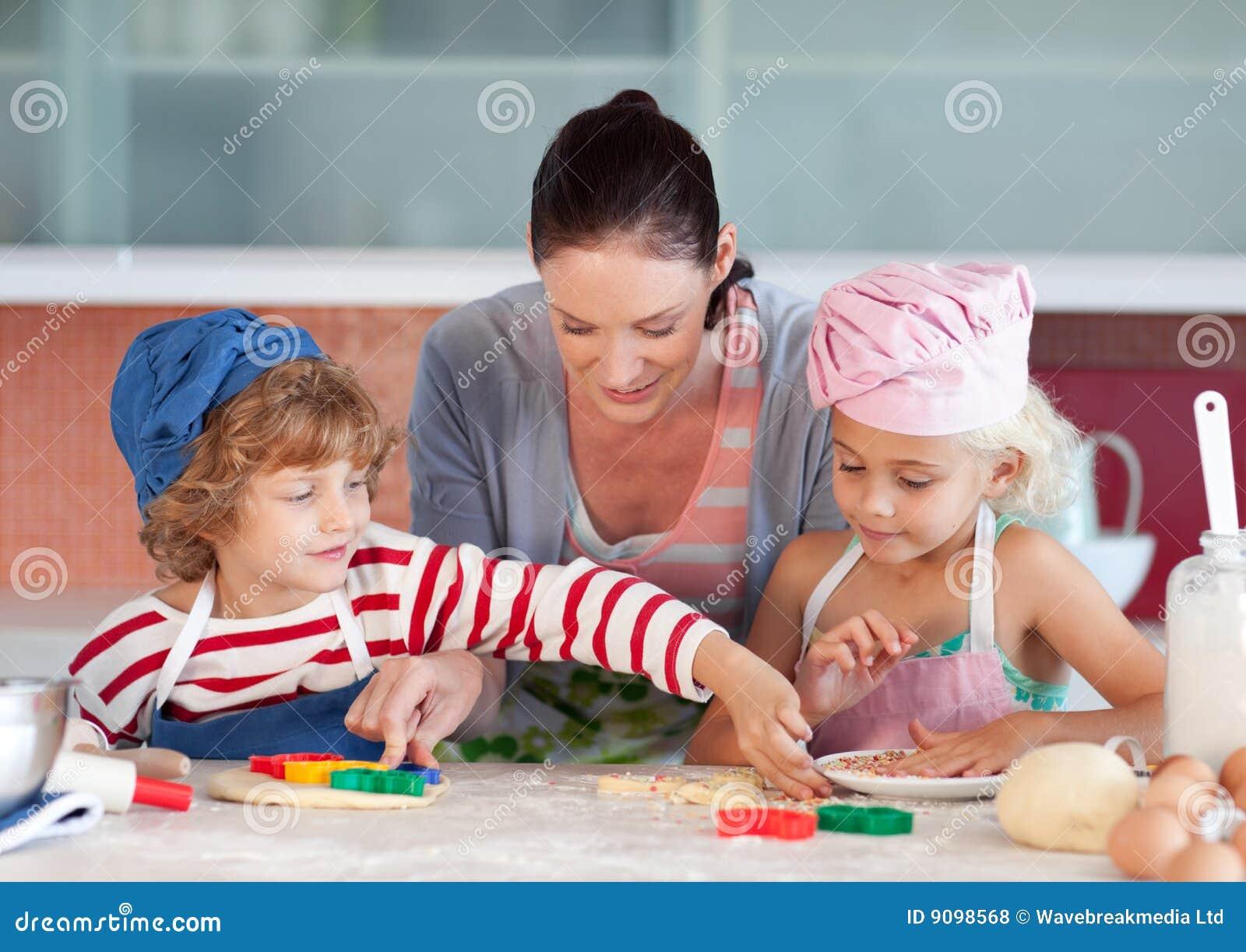 Matriz que interage com as crianças na cozinha