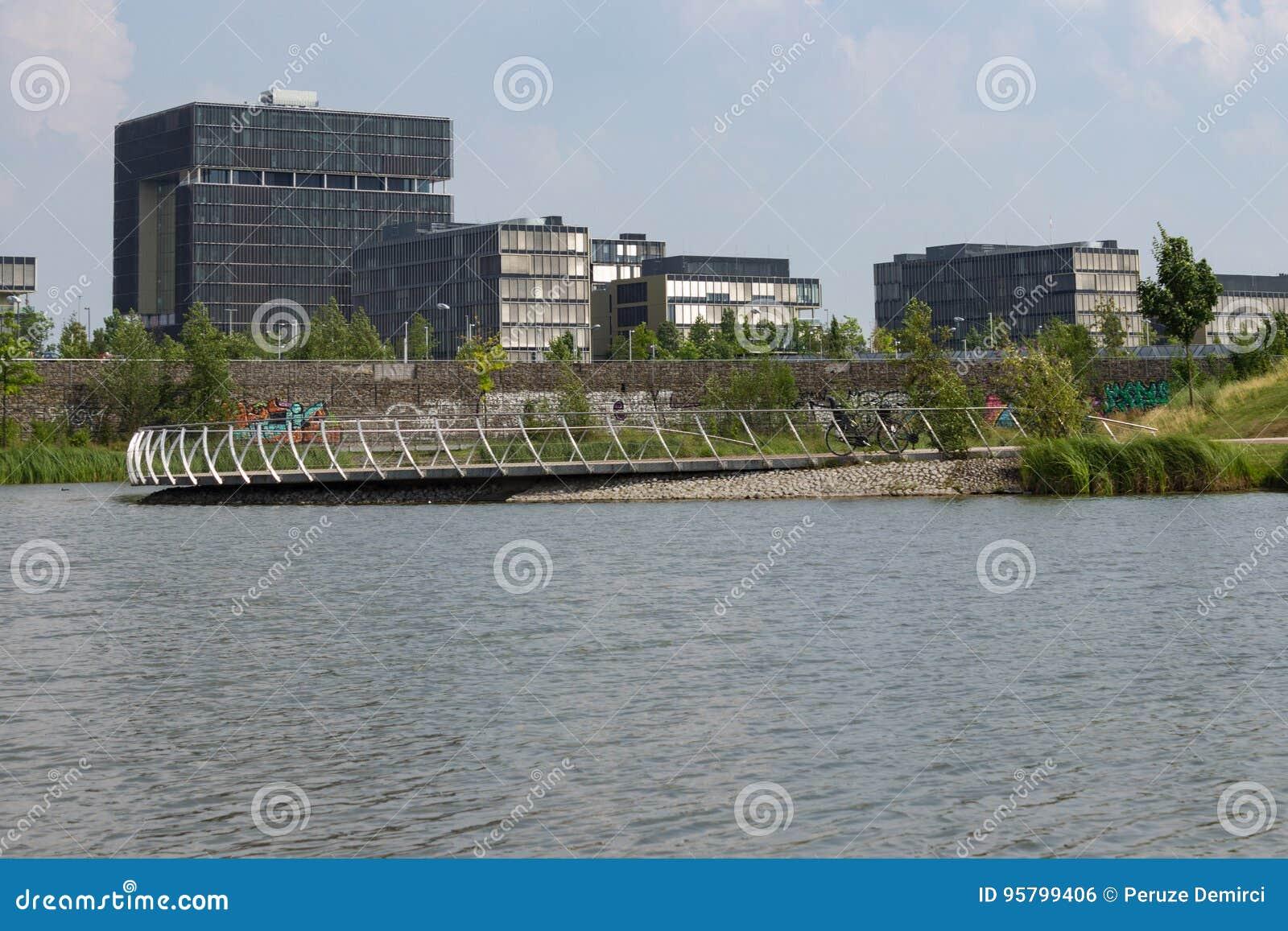 Matrizes de Krupp atrás do lago