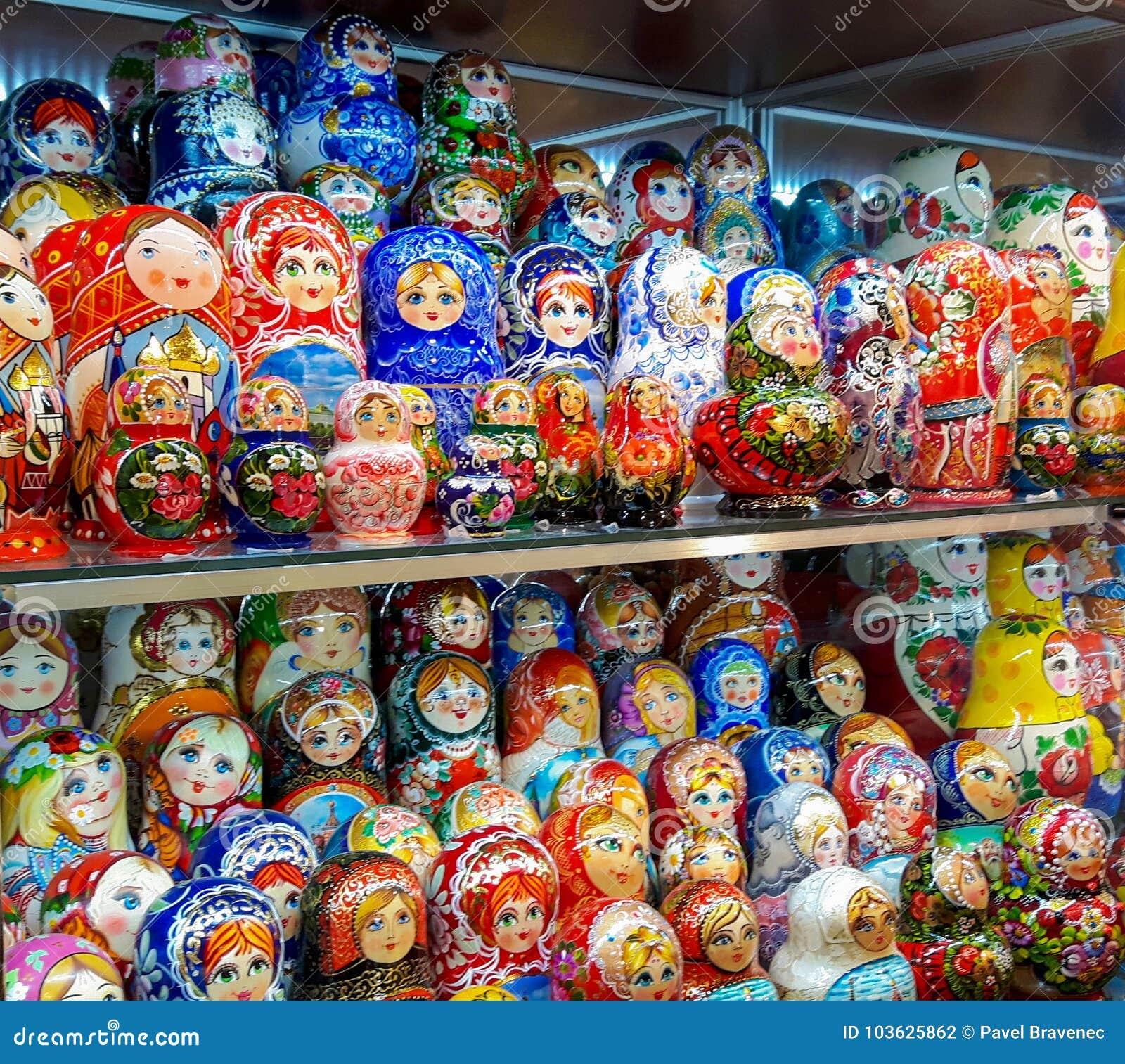 Matryoskapoppen in winkel in centrum van Moskou in Rusland