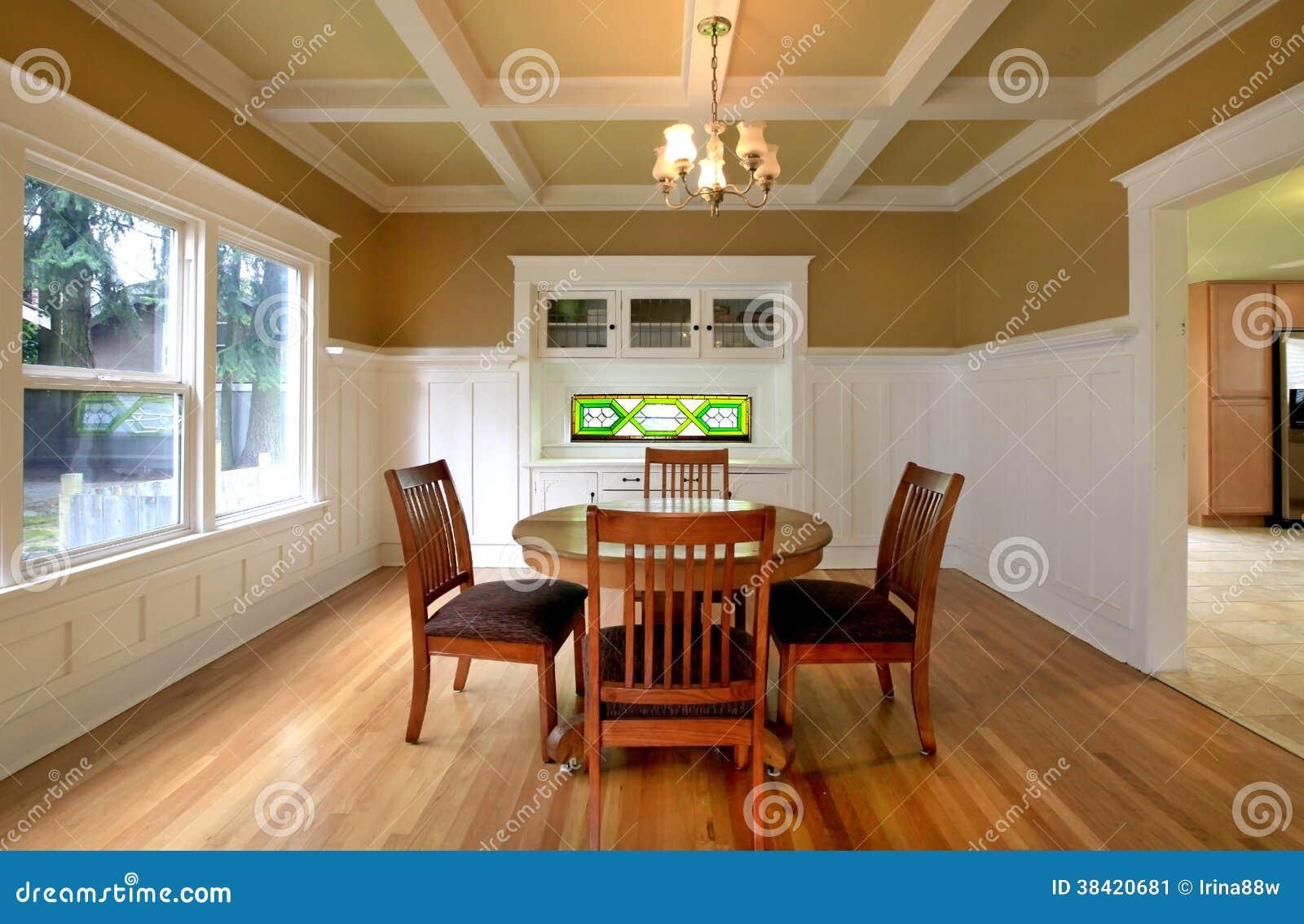 Matsal i ett gammalt hus fotografering för bildbyråer   bild: 38420681