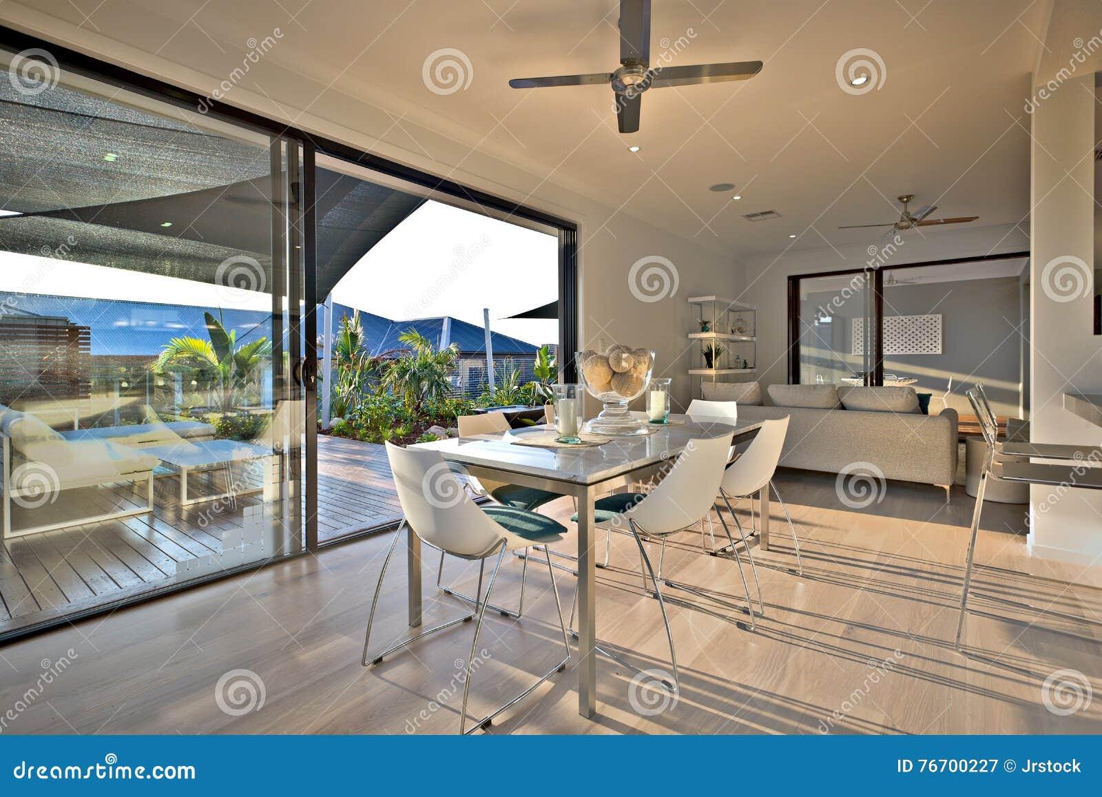 Matställe på trägolvet med en glass dörringång