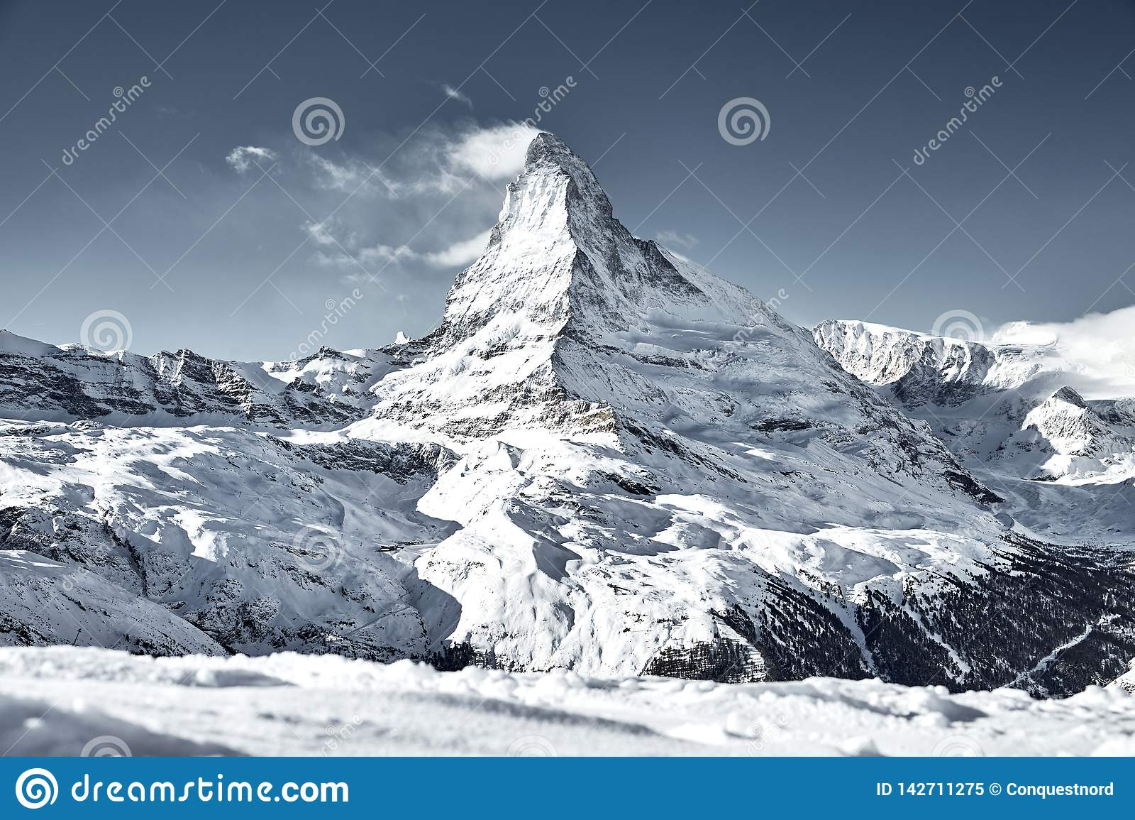 Matterhorn góra zakrywająca chmurą jak flaga