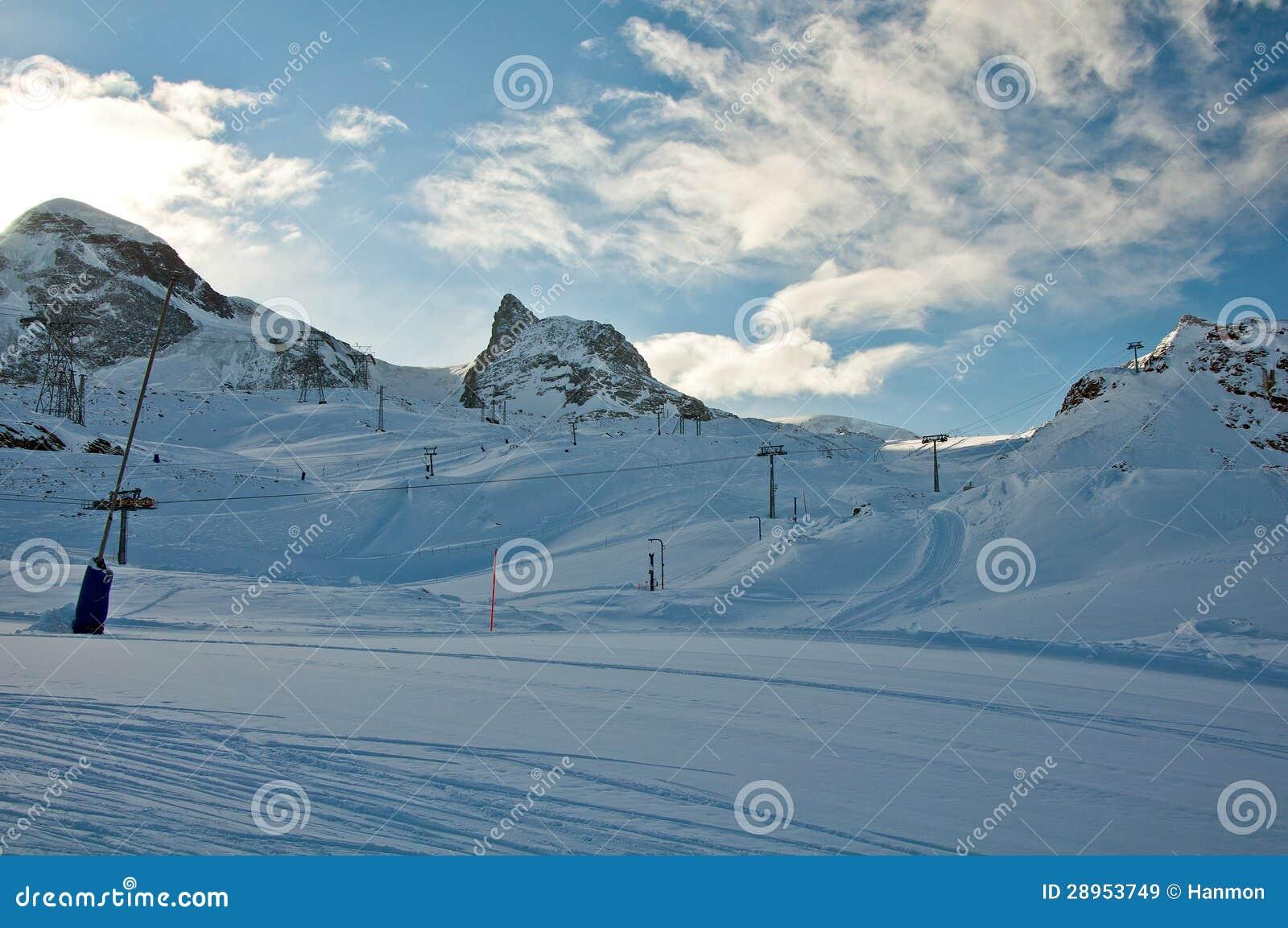 Matterhorn lodowa raj z narciarskimi dźwignięciami