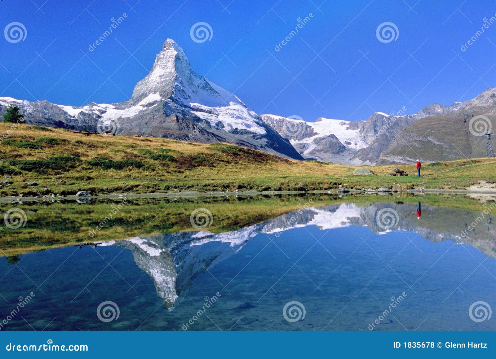 Matterhorn wycieczkowicza patrzenia