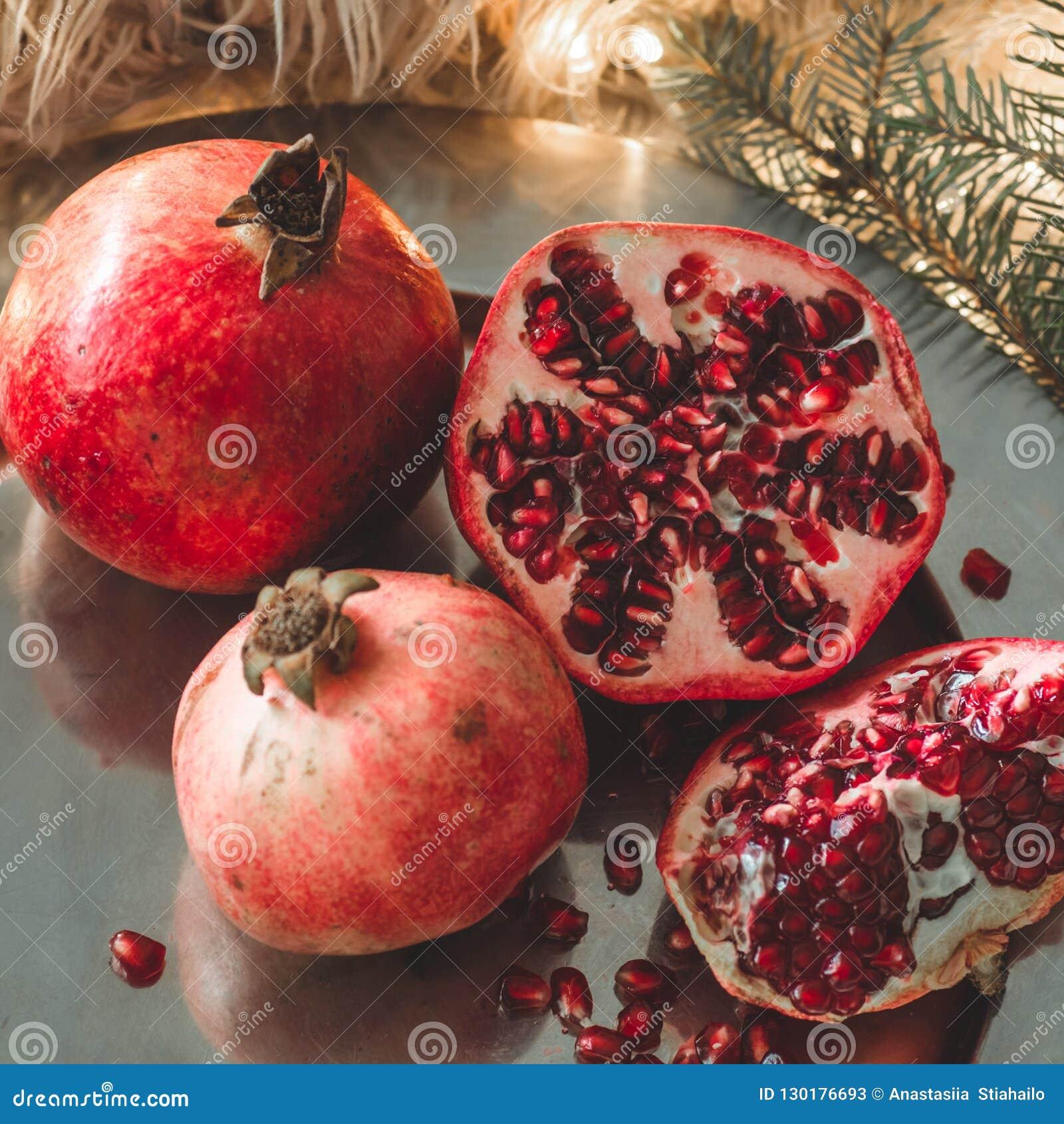 Mattina accogliente di inverno a casa con i frutti Melograno in una composizione in inverno, alberi di Natale, coni in un baratto