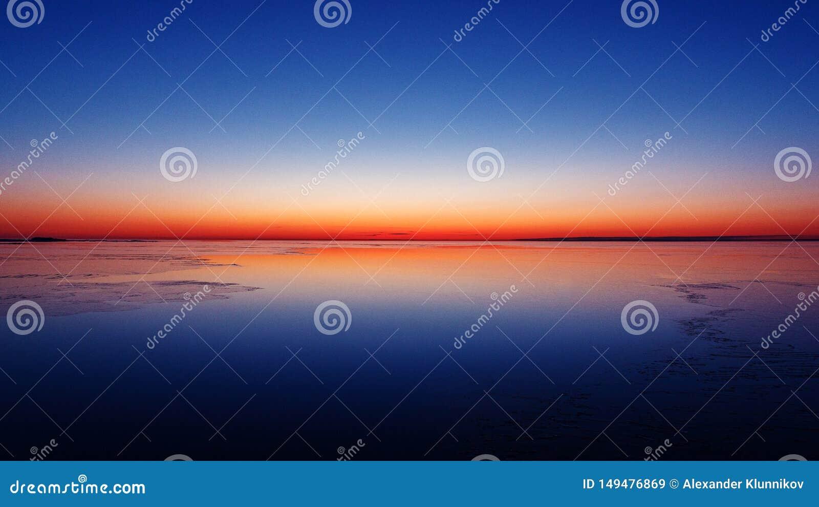 Mattina di inverno in Mar Baltico Colore della natura Bella alba