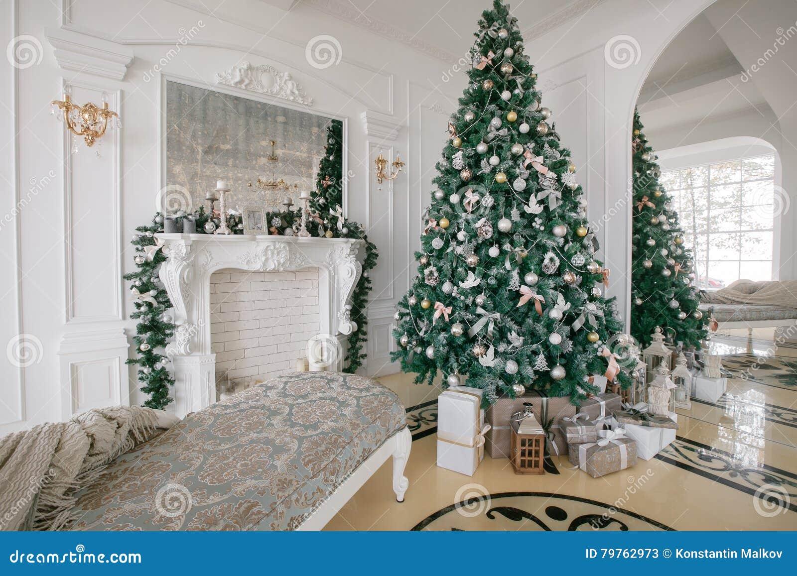 Mattina di natale appartamenti di lusso classici con un camino bianco albero decorato sof - Finestre di natale ...