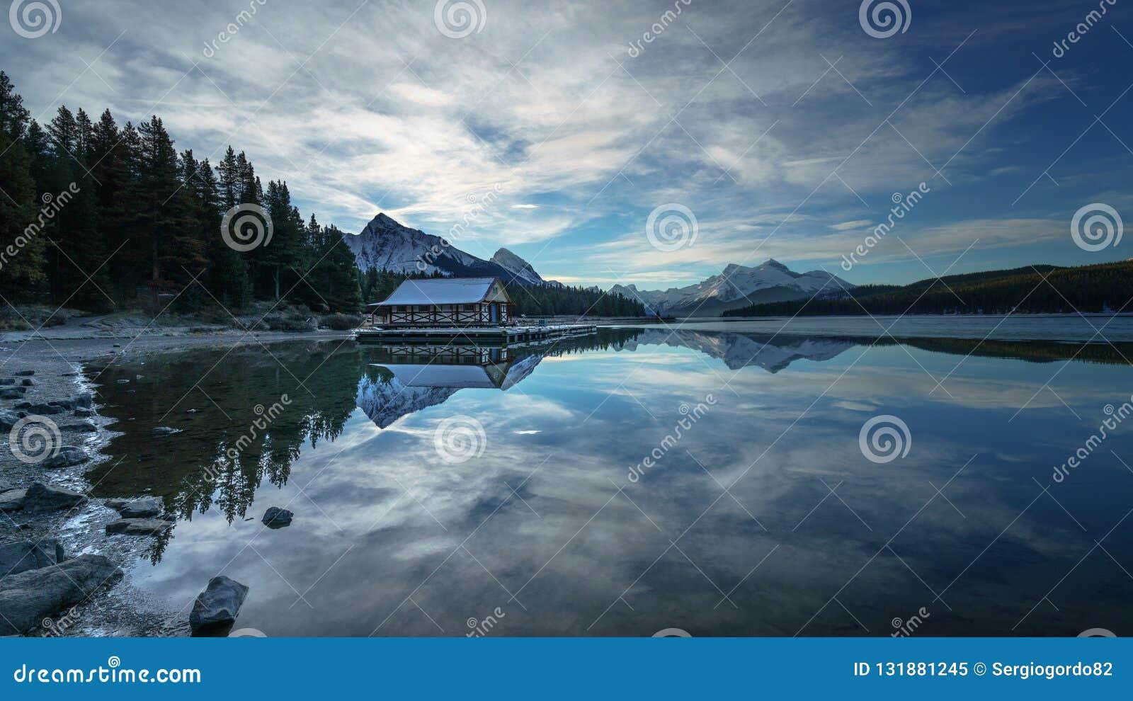 Mattina nuvolosa nel lago Maligne, Jasper National Park Alberta Canada