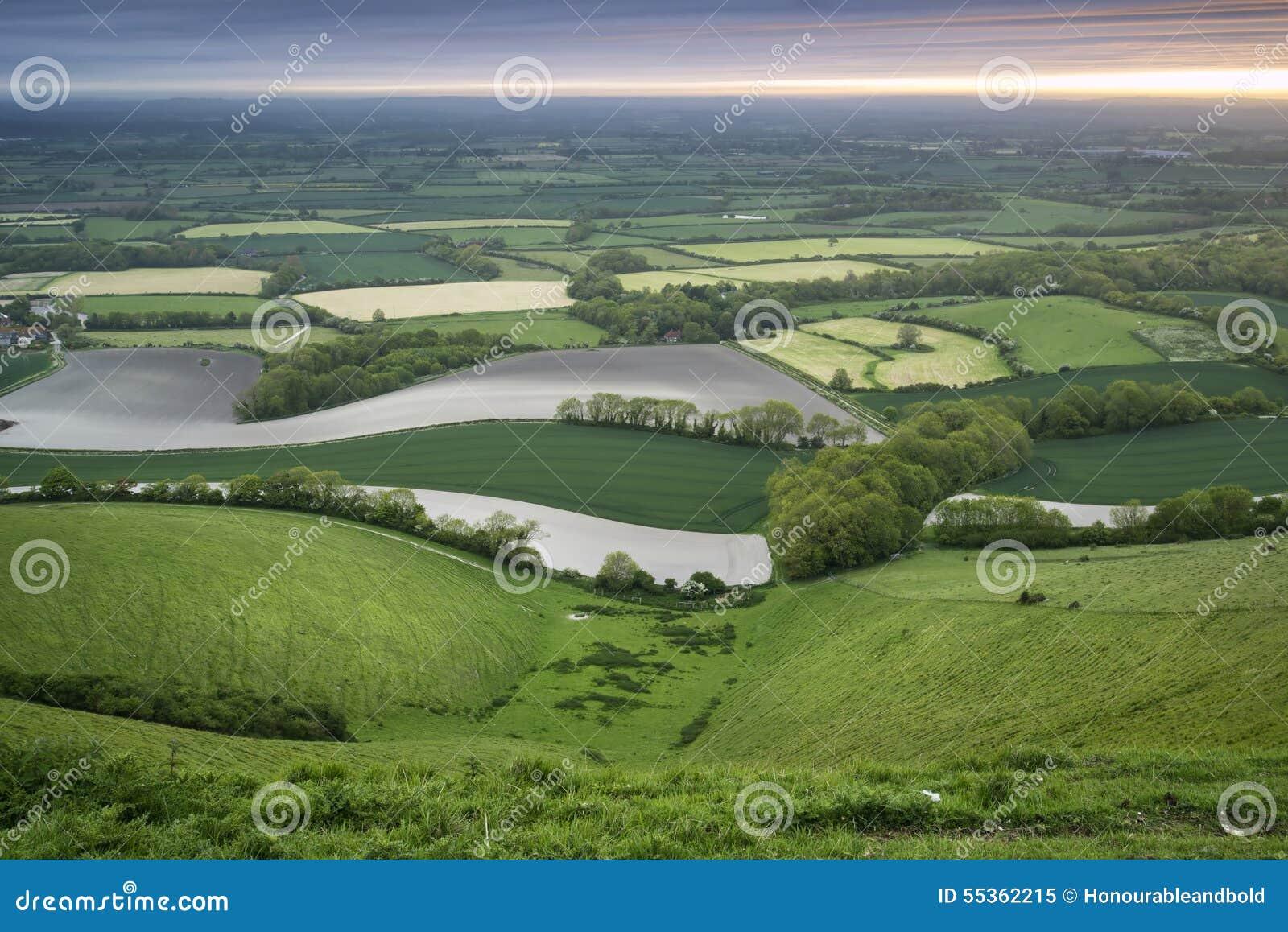 Mattina sopra il rotolamento del paesaggio inglese della campagna in primavera