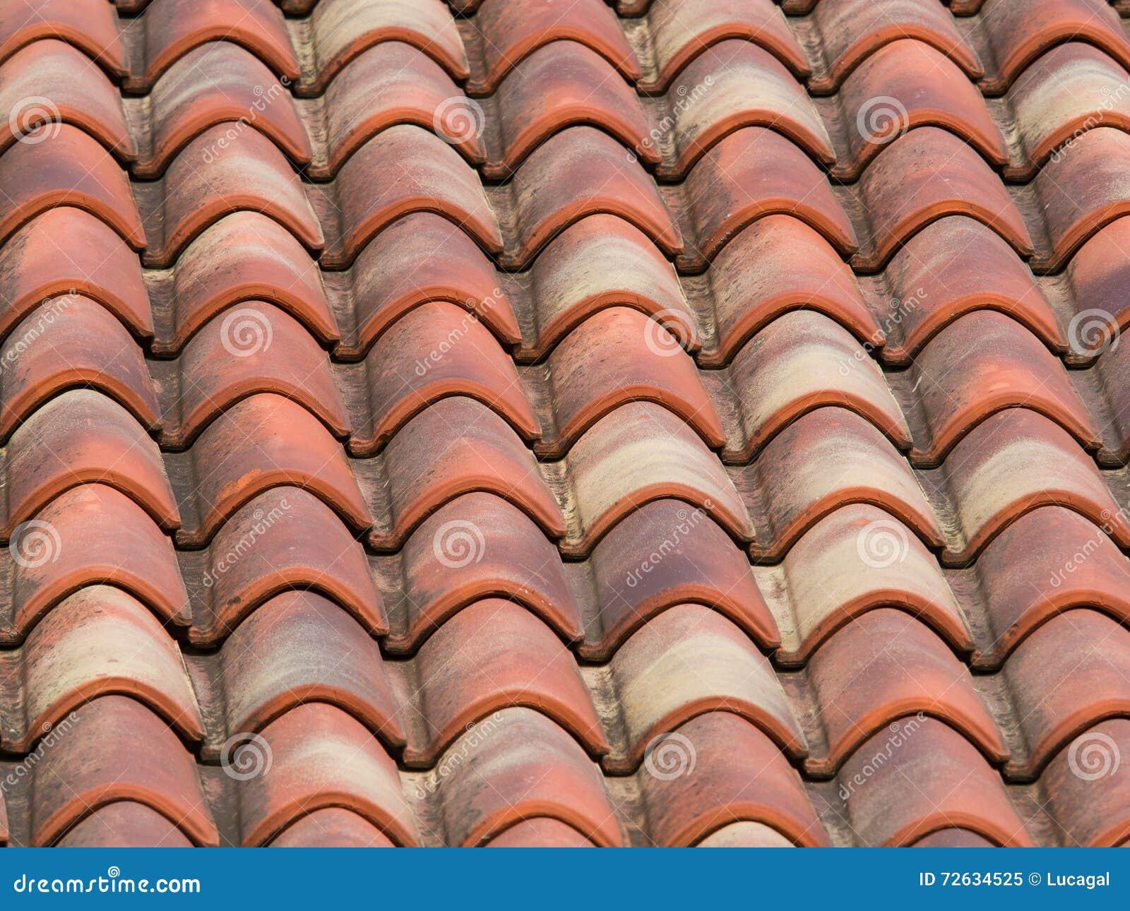 Mattonelle dellargilla terracotta sul tetto di una casa di