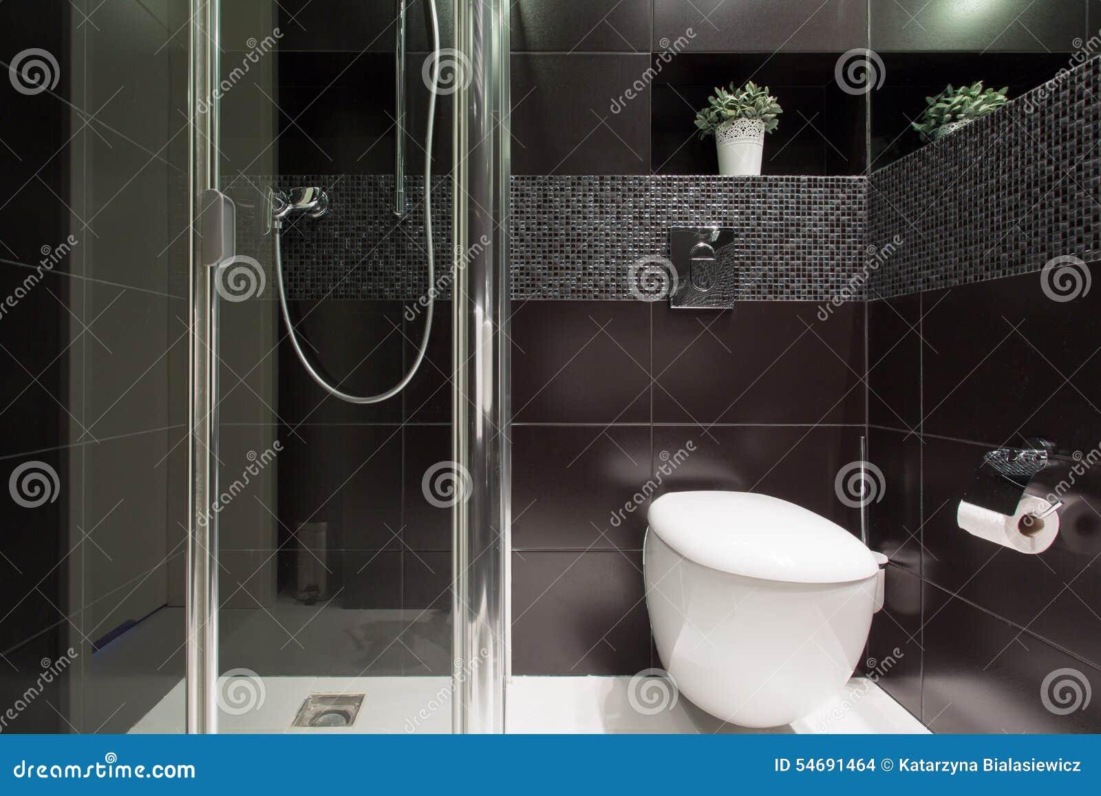 Mattonelle nere al bagno fotografia stock. Immagine di igiene - 54691464