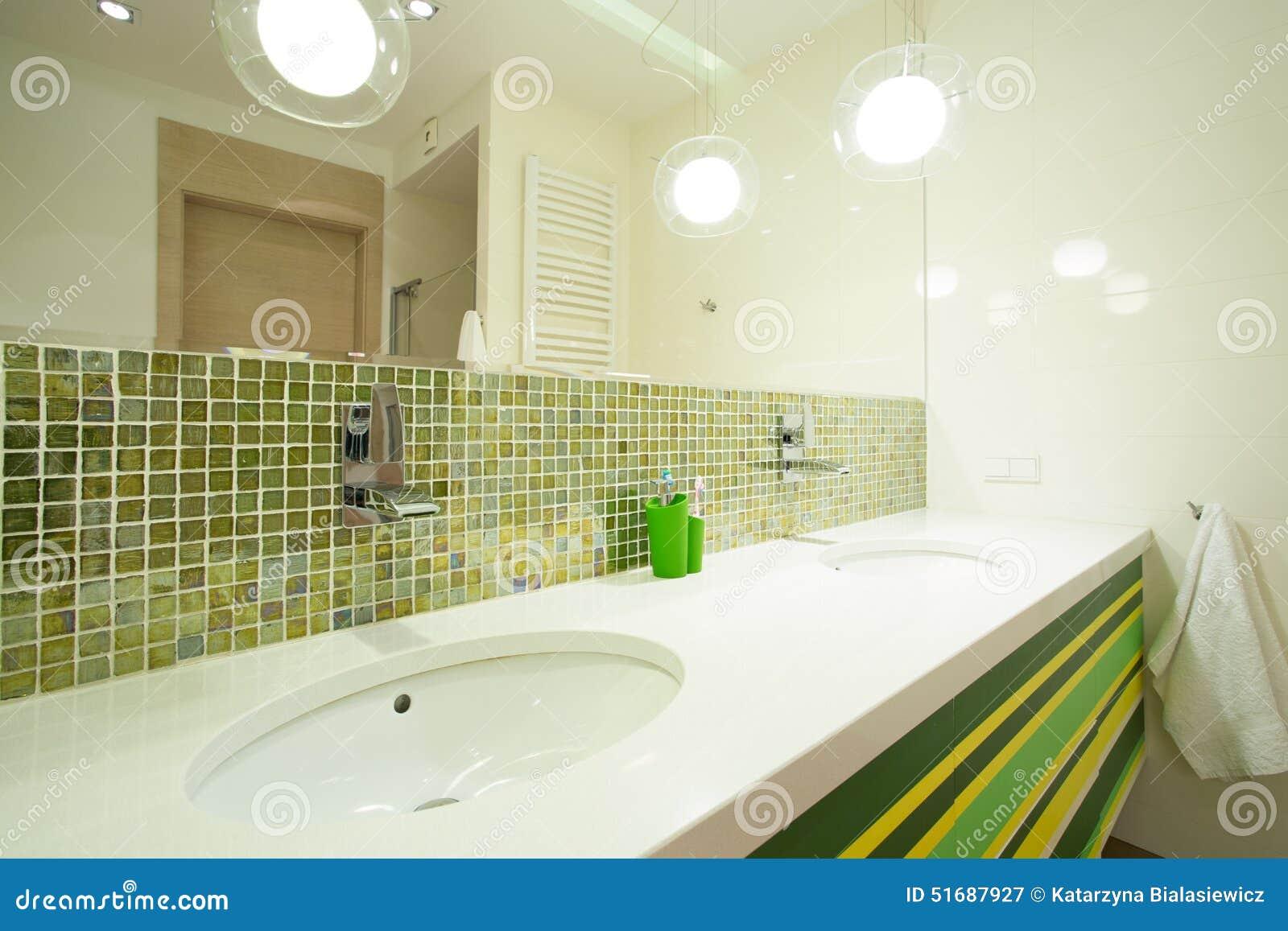 Mattonelle Verdi In Bagno Moderno Immagine Stock - Immagine di ...